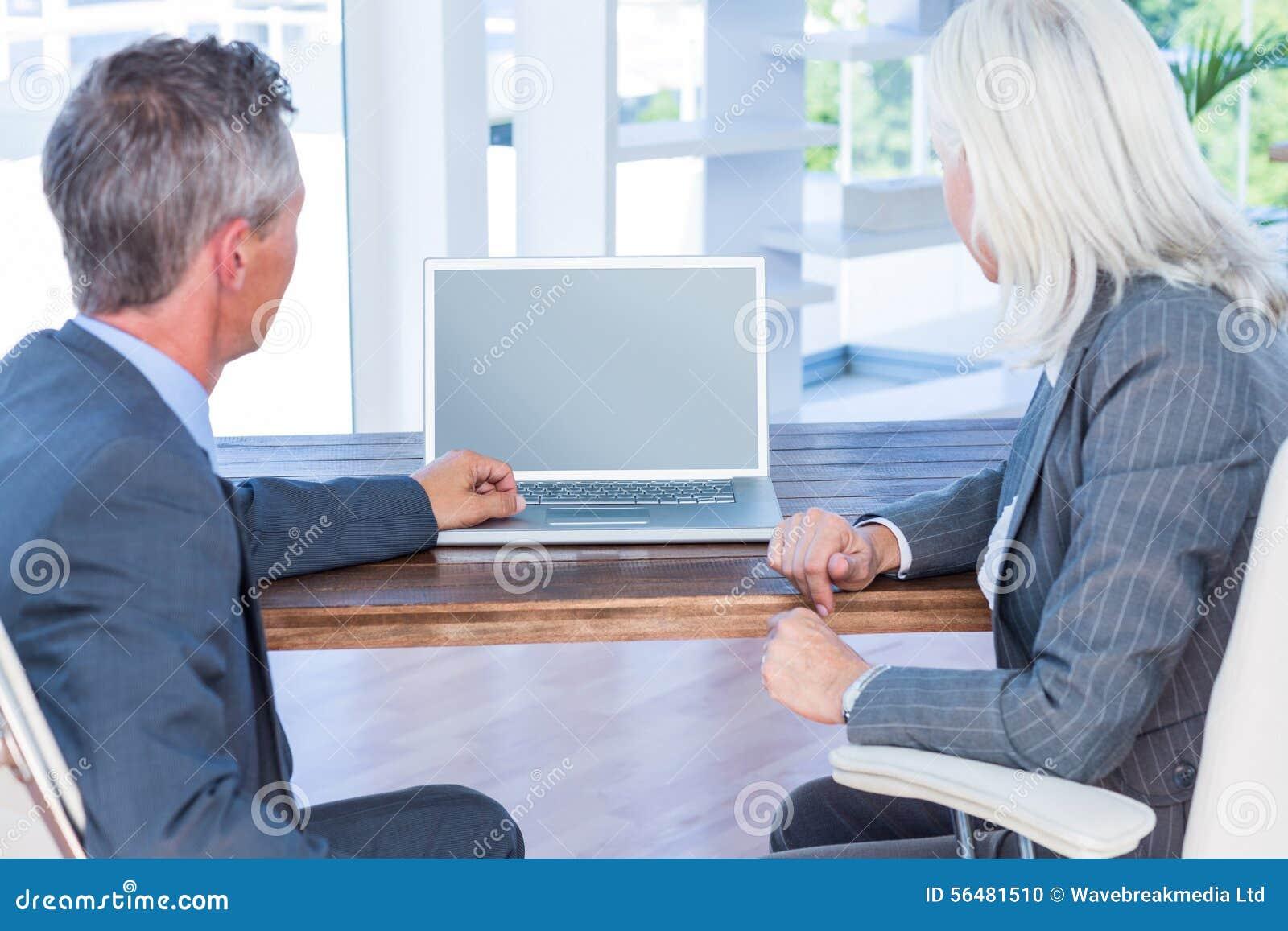 Gens d affaires travaillant sur l ordinateur portable