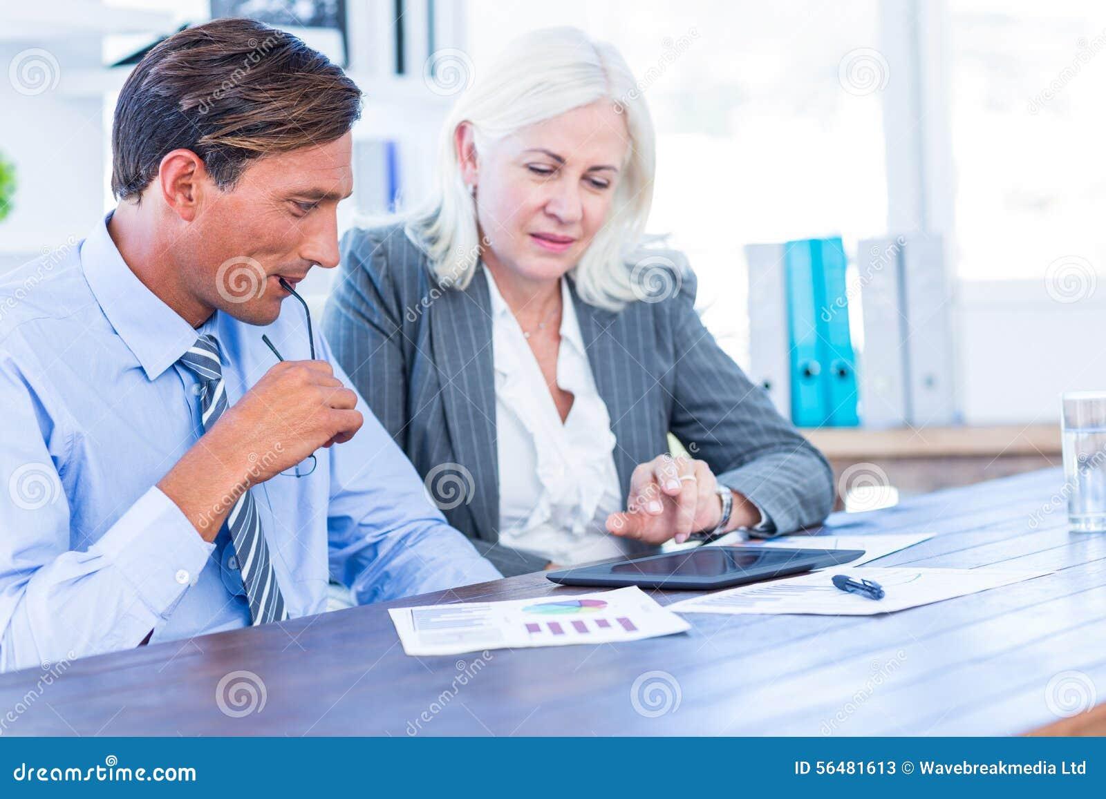 Gens d affaires travaillant sur la tablette