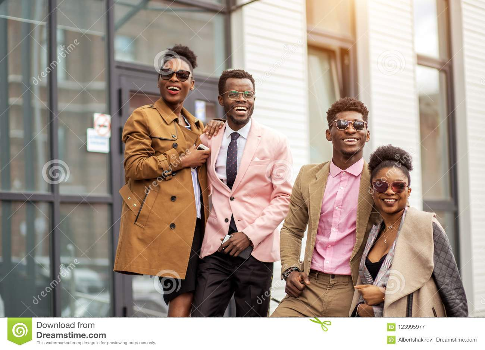 Gente africana impresionante en equipos dashy