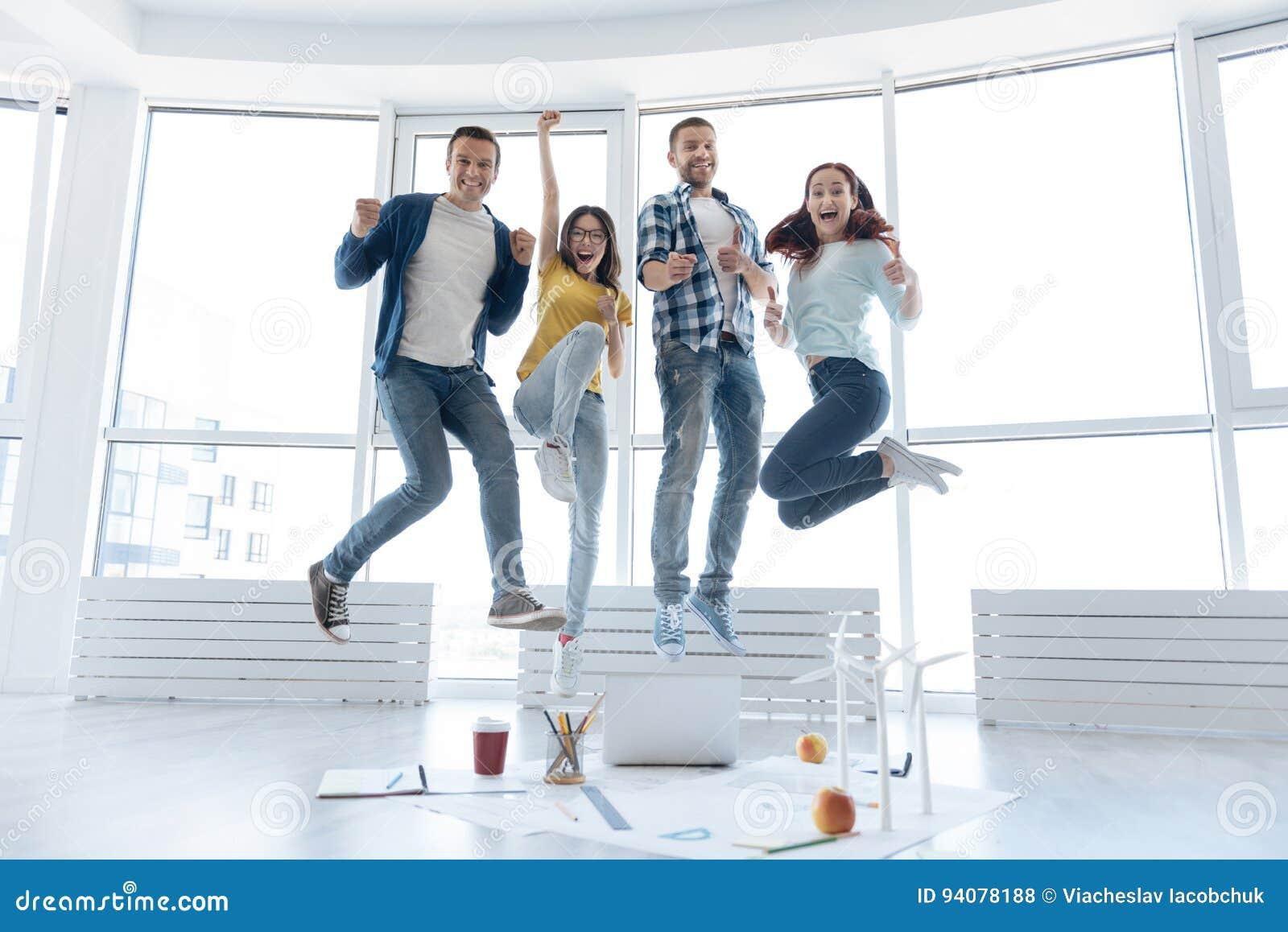 Gente agradable feliz que hace un salto