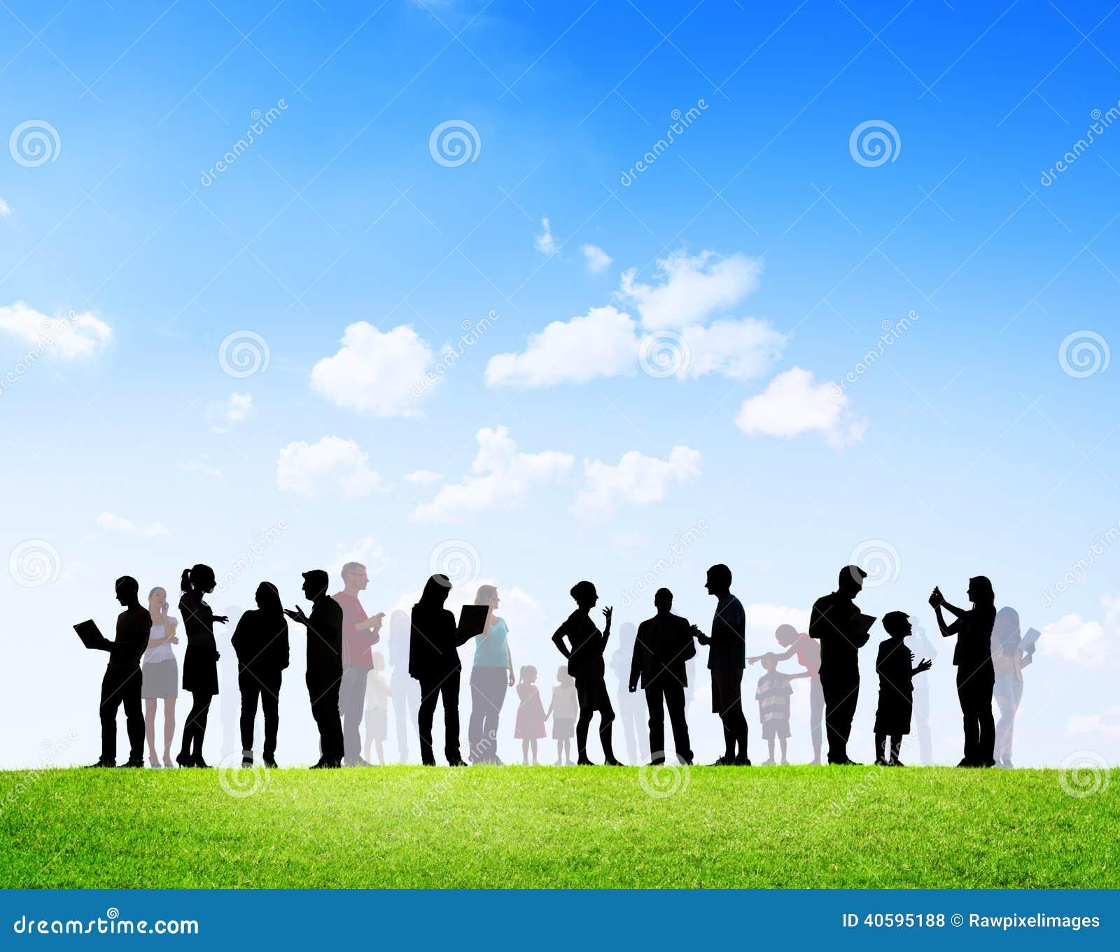 Gente casual con establecimiento de una red social de las familias al aire libre