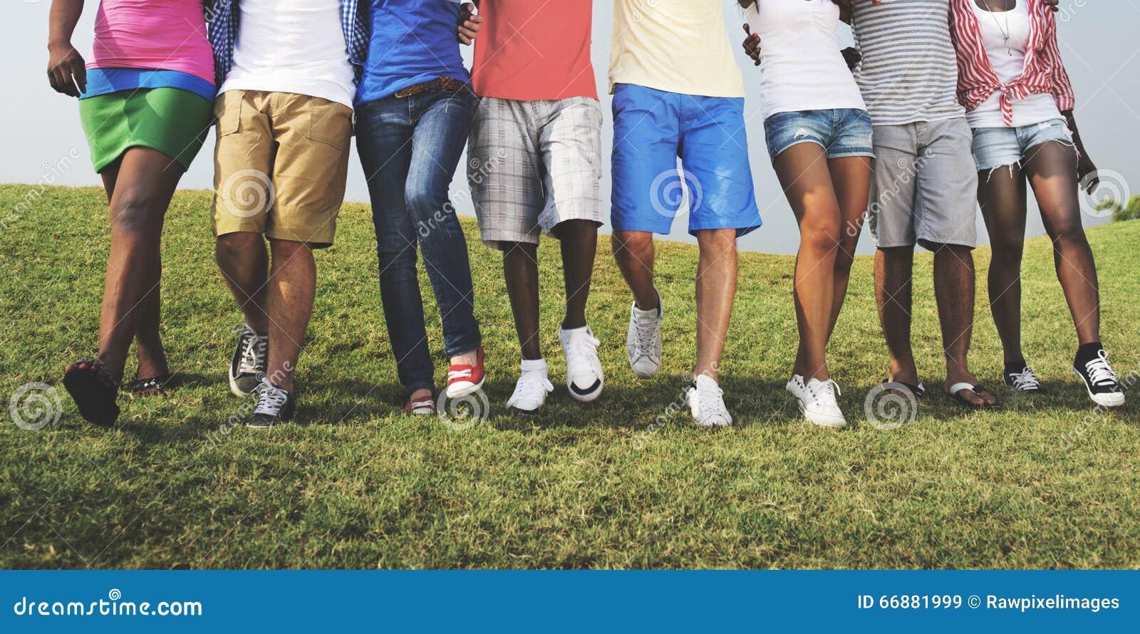 Gente casual del grupo que camina junto al aire libre concepto