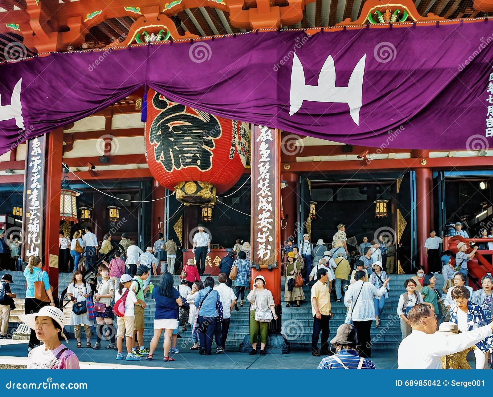 Gente cerca del templo de Sensoji en Asakusa, Japón