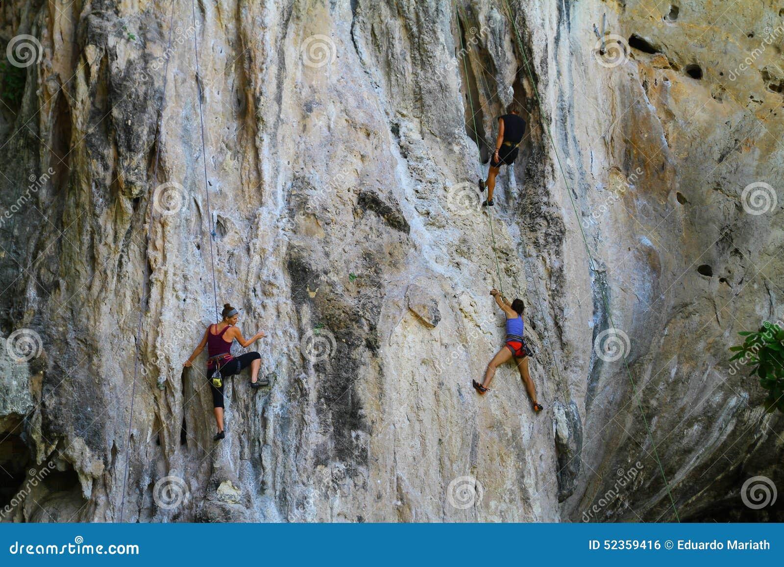 Gente clmbing una roca - Tailandia