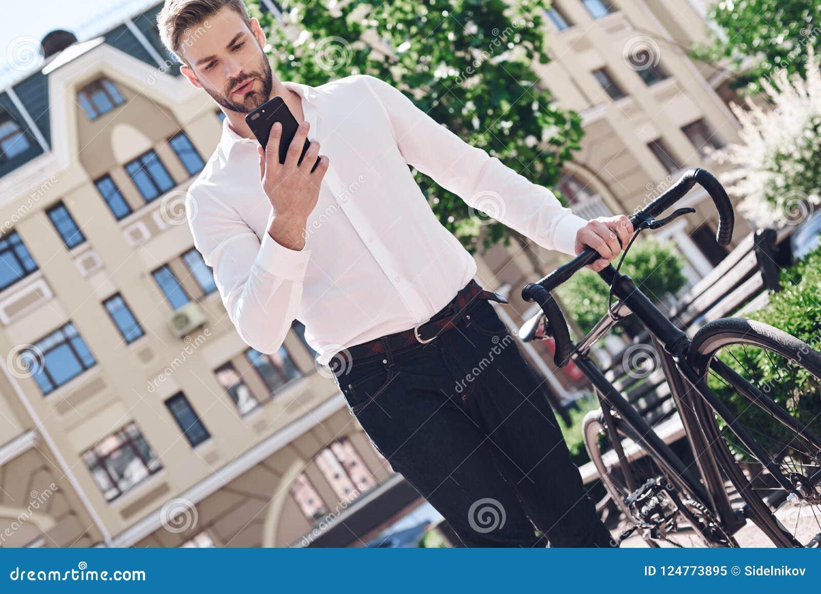 Gente, comunicación, tecnología, ocio y forma de vida - hombre del inconformista con smartphone en el teléfono de charla de la bi