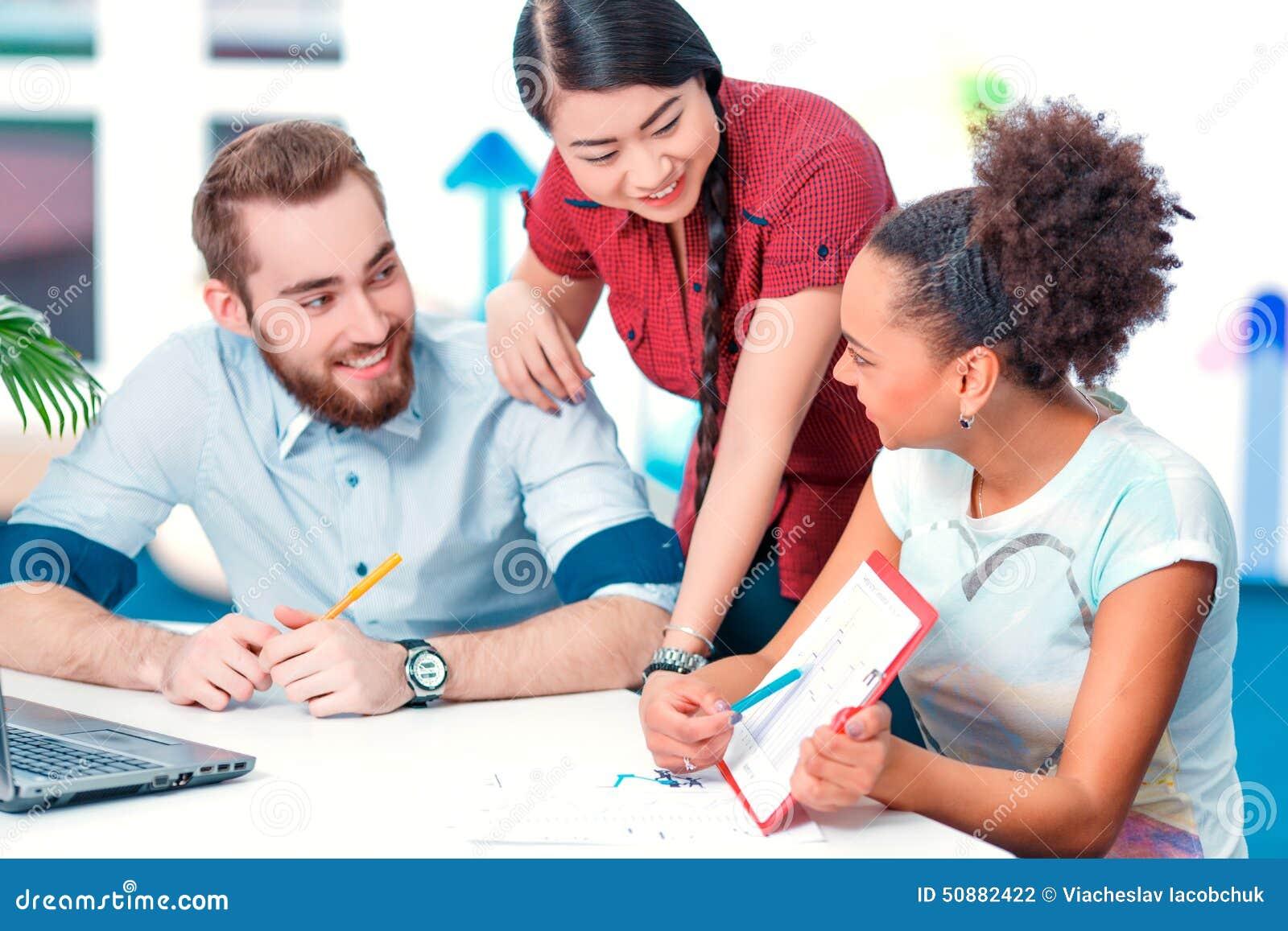 Gente creativa joven en la reunión de reflexión