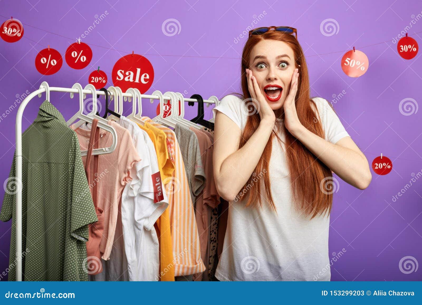 Gente d invito della giovane donna emozionale allegra al negozio