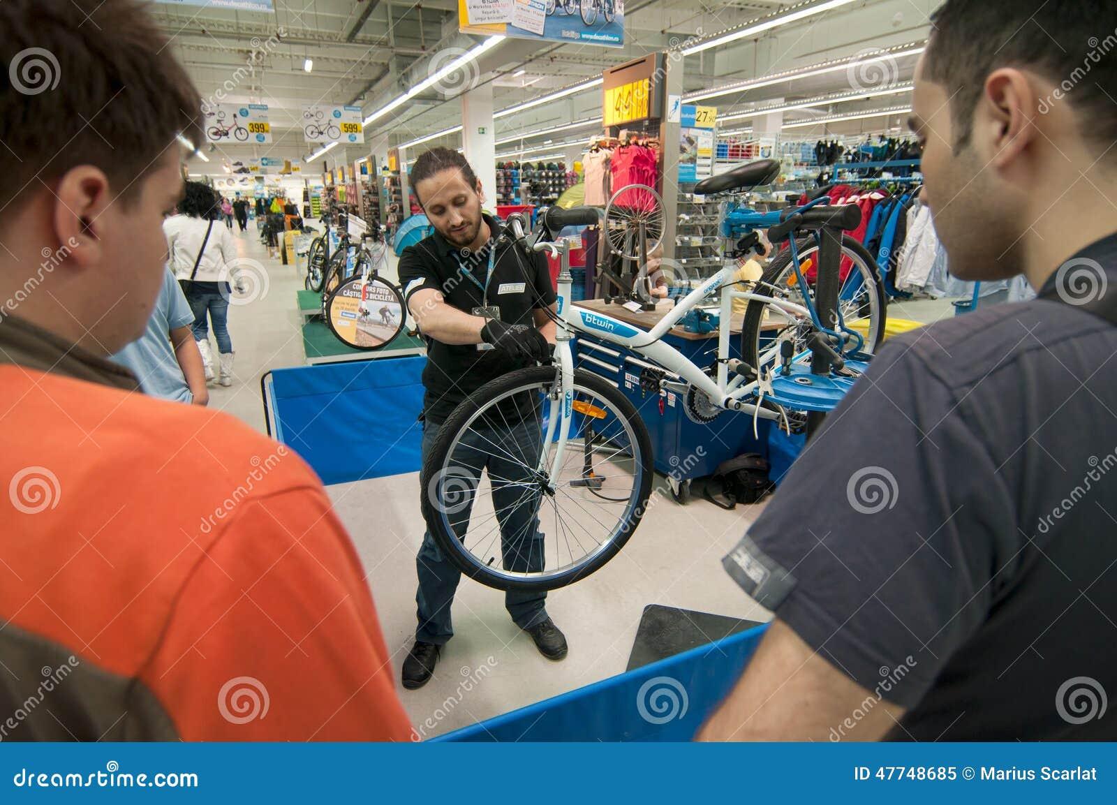 Gente d istruzione del meccanico come regolare i freni su una bicicletta