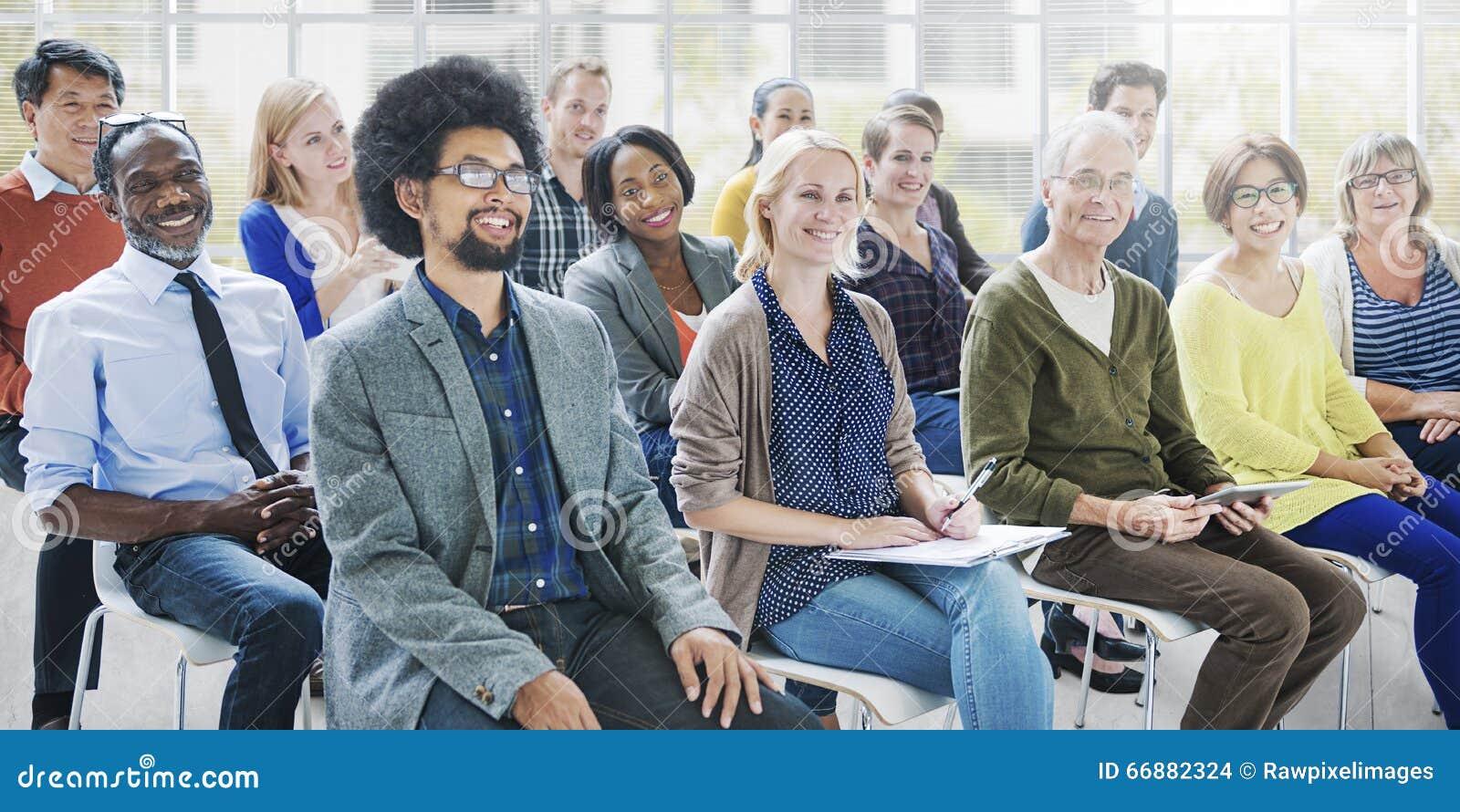 Gente de la diversidad que hace frente a concepto relajante de la comunicación del taller