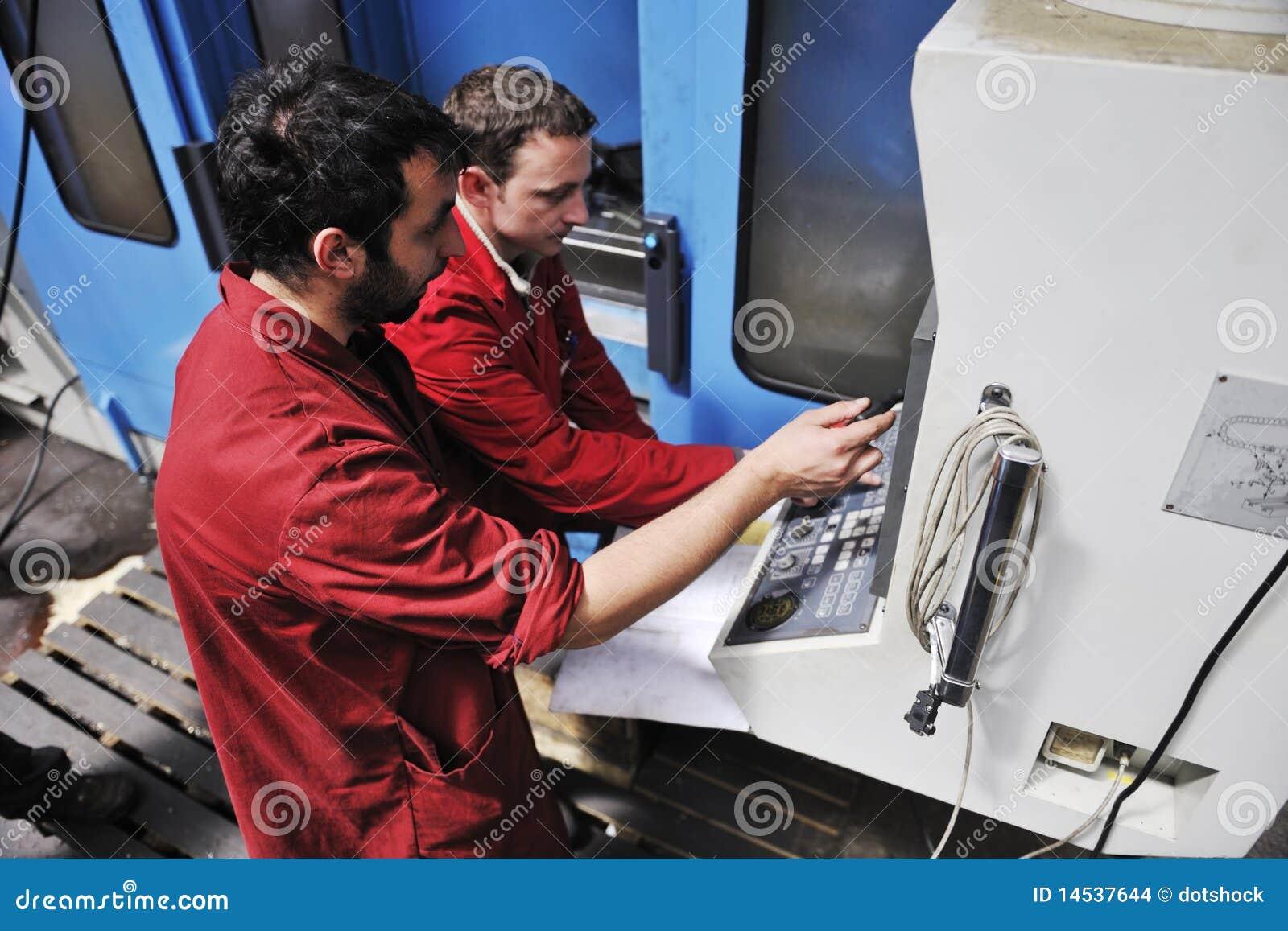 Gente de los trabajadores en fábrica
