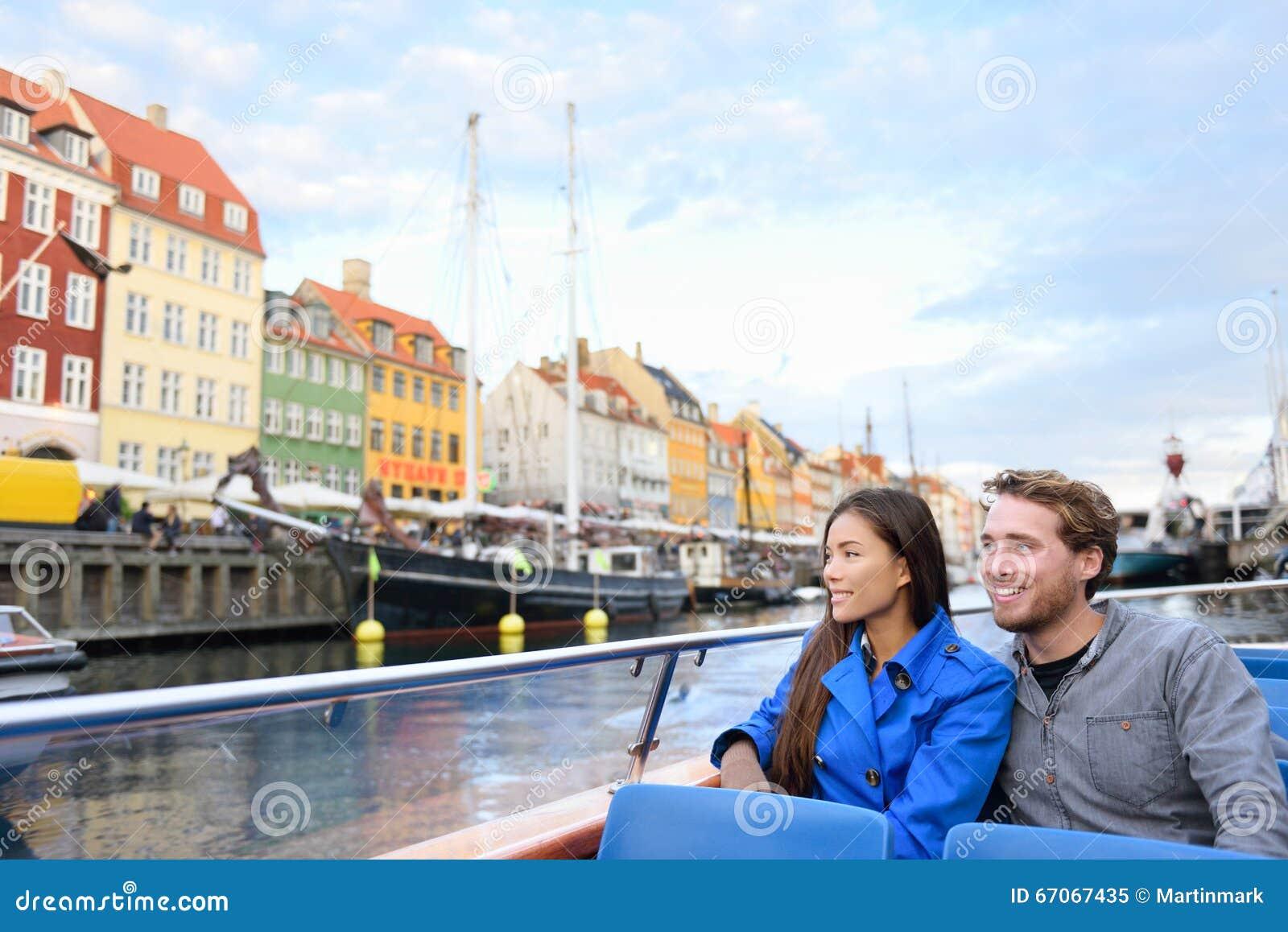 Gente de los turistas de Copenhague en el viaje del barco de Nyhavn