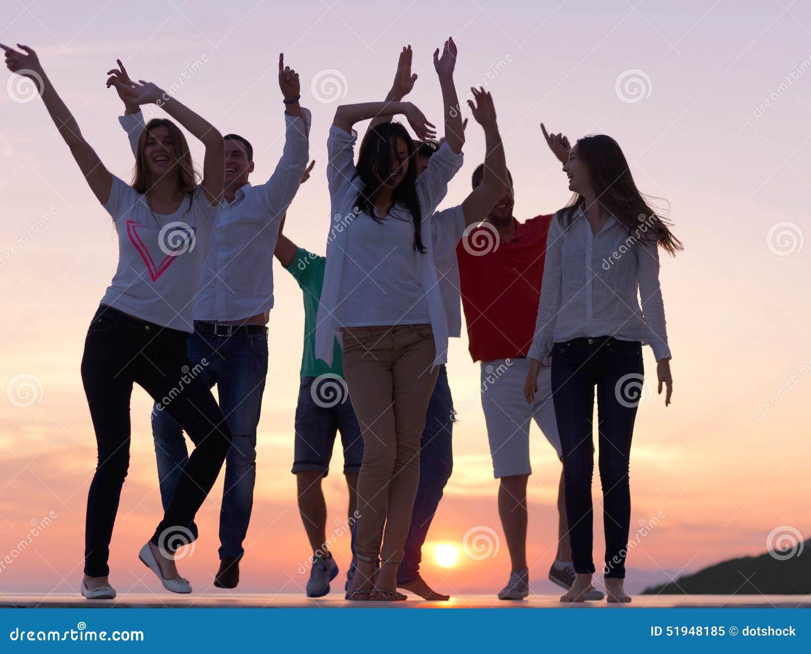 Gente del partido en puesta del sol