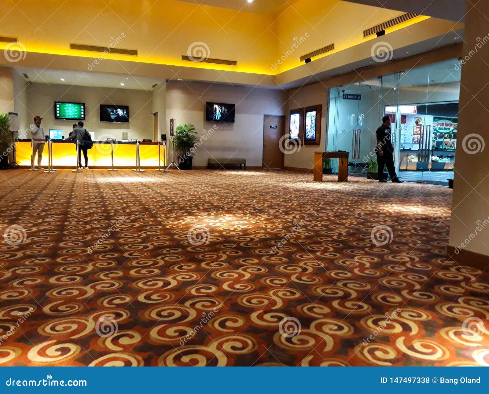 Gente desconocida en XXI cine dentro de un centro comercial XXI los cines son la cadena m?s grande del cine de Indonesia