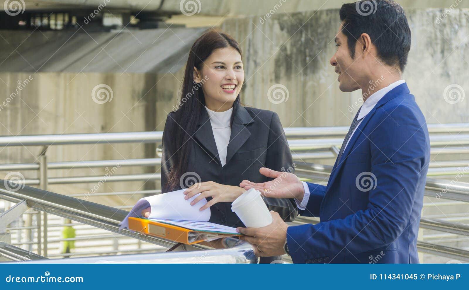 Gente di affari asiatica astuta del supporto e conversazione del lavoratore insieme a