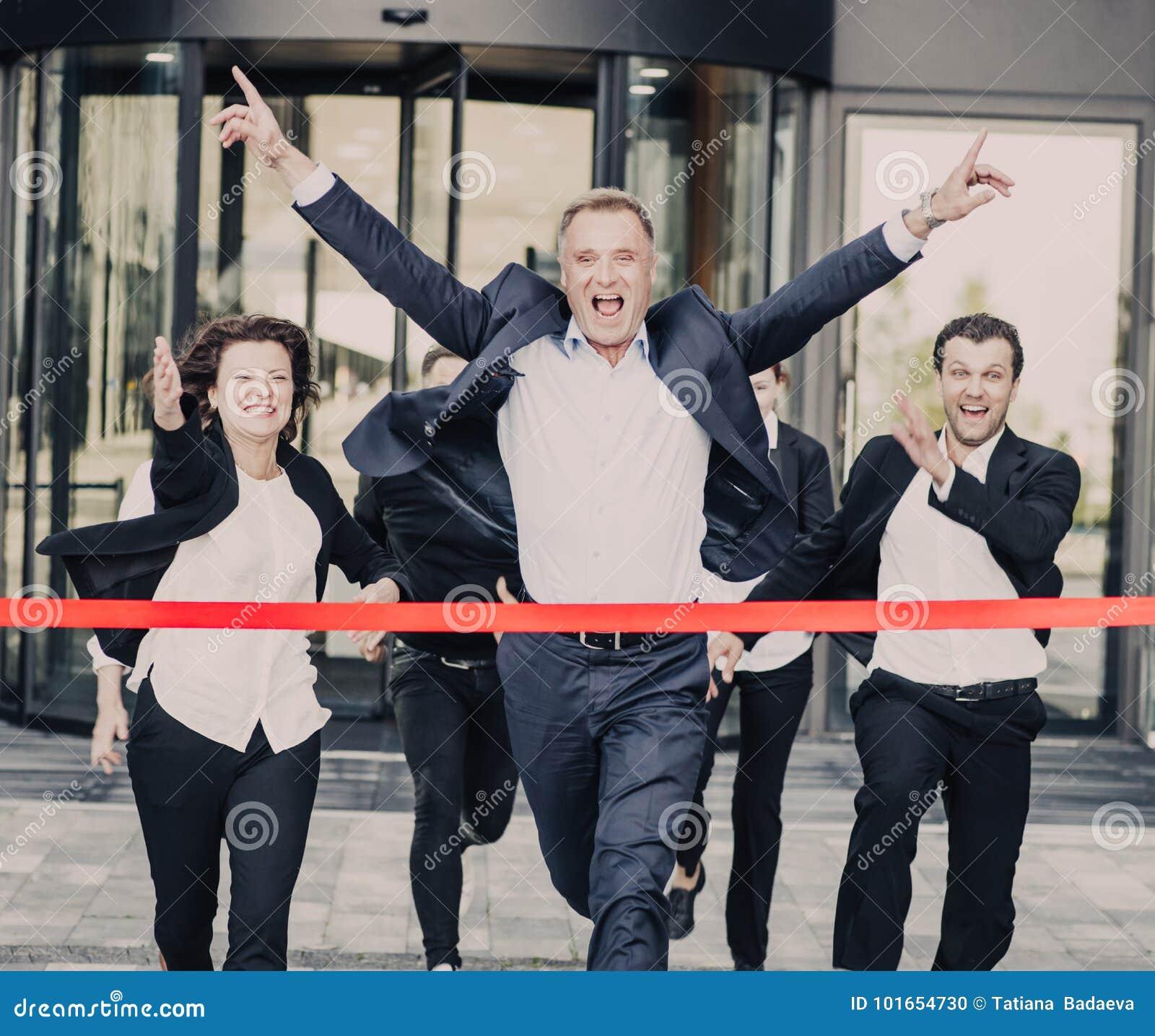 Gente di affari che attraversa l arrivo