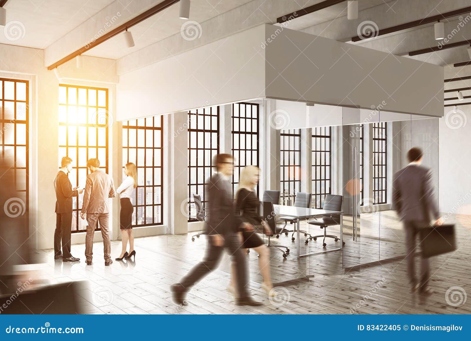 Gente di affari che cammina in un ufficio di vetro Luce solare luminosa Concetto di vita dell ufficio