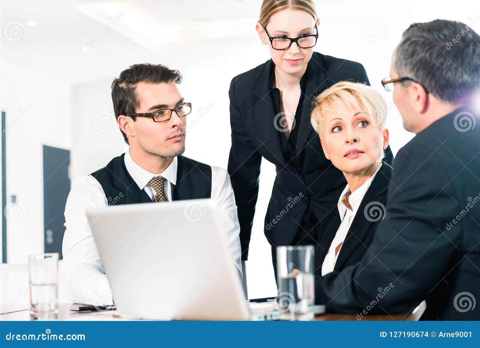 Gente di affari che discute piano nell ufficio