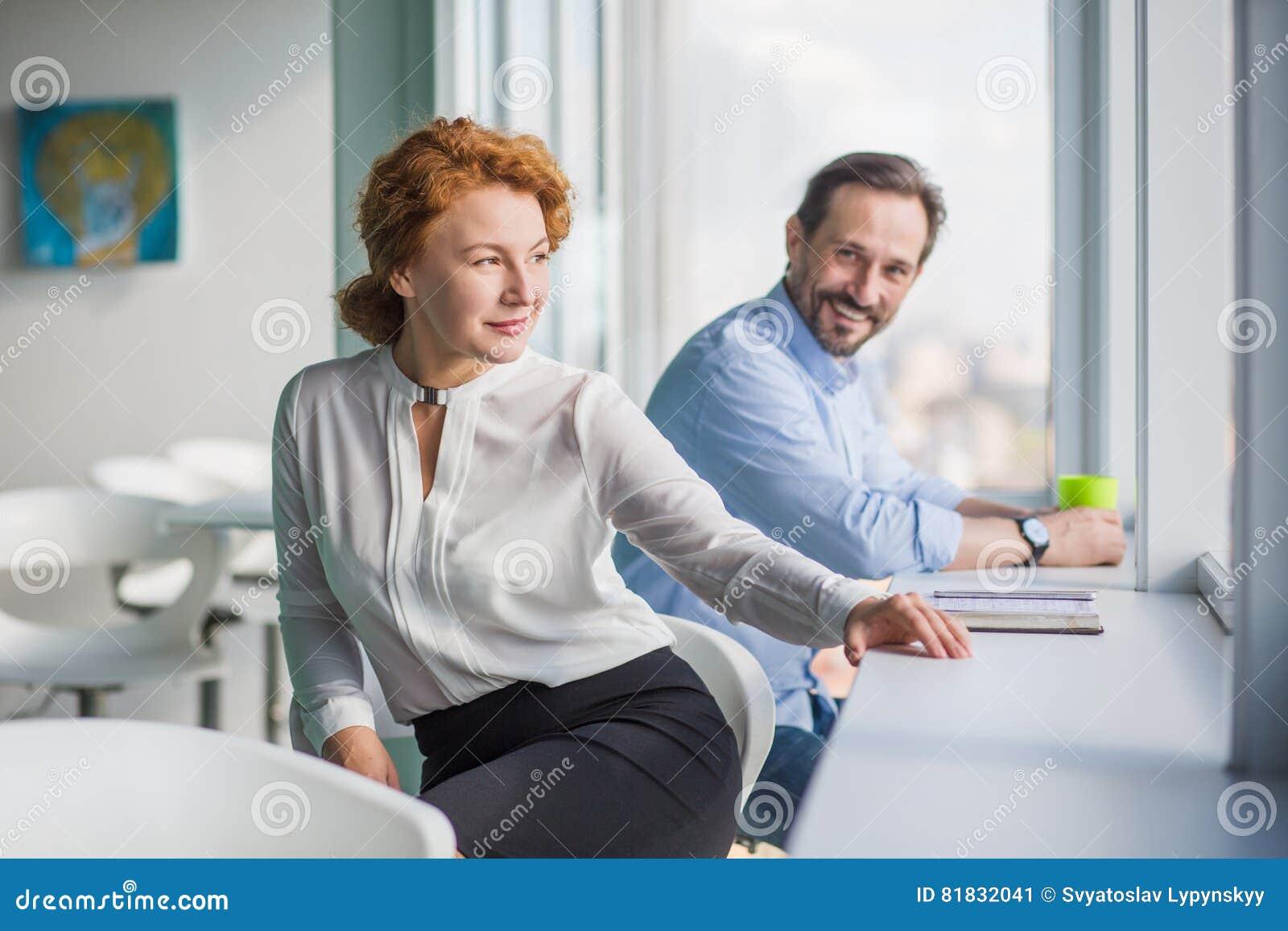 Gente di affari che ha rottura durante il lavoro nell for Ufficio lavoro
