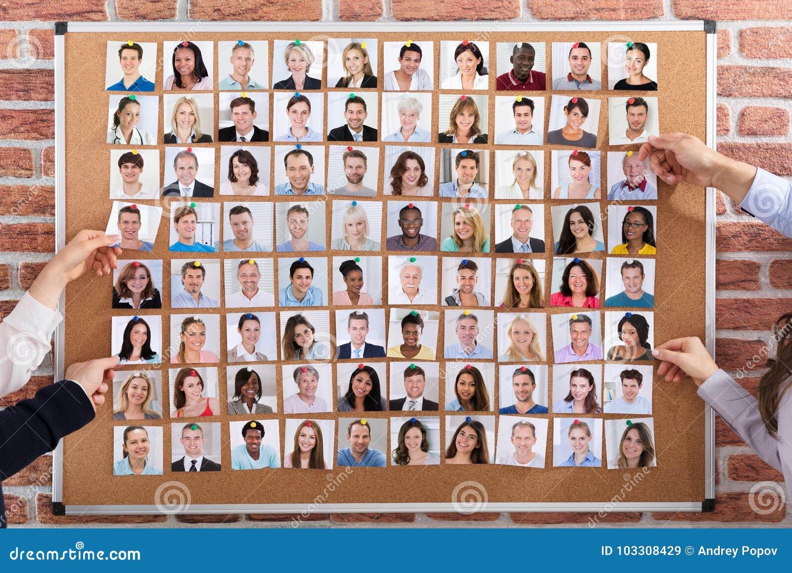 Gente di affari che impiega i candidati per il lavoro