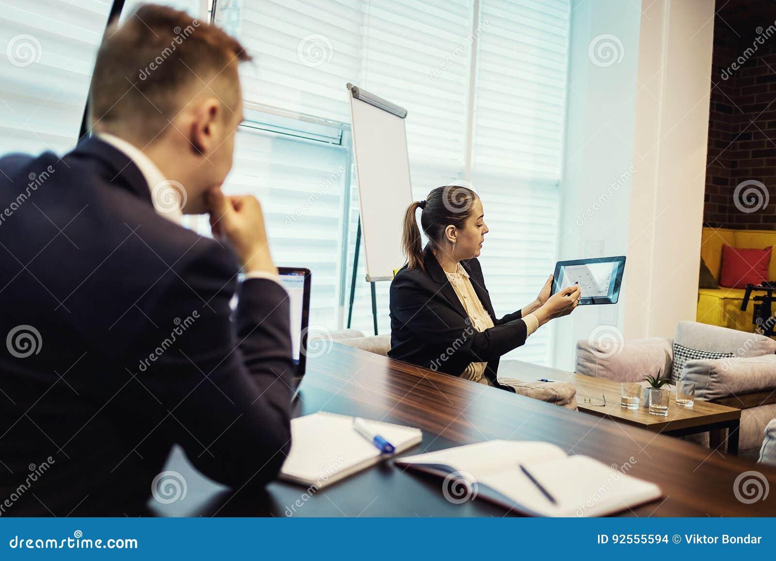 Gente di affari che incontra concetto corporativo di discussione di conferenza,