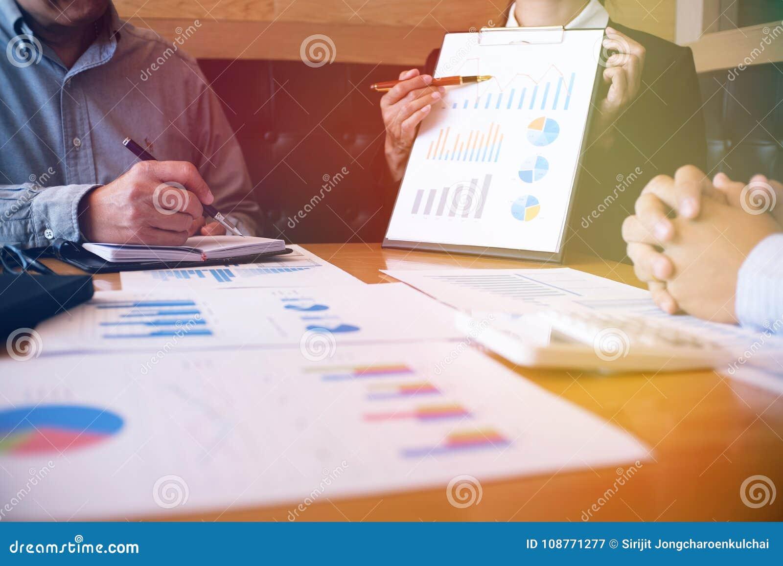 Gente di affari che incontra worki dell investitore professionale di idee di progettazione
