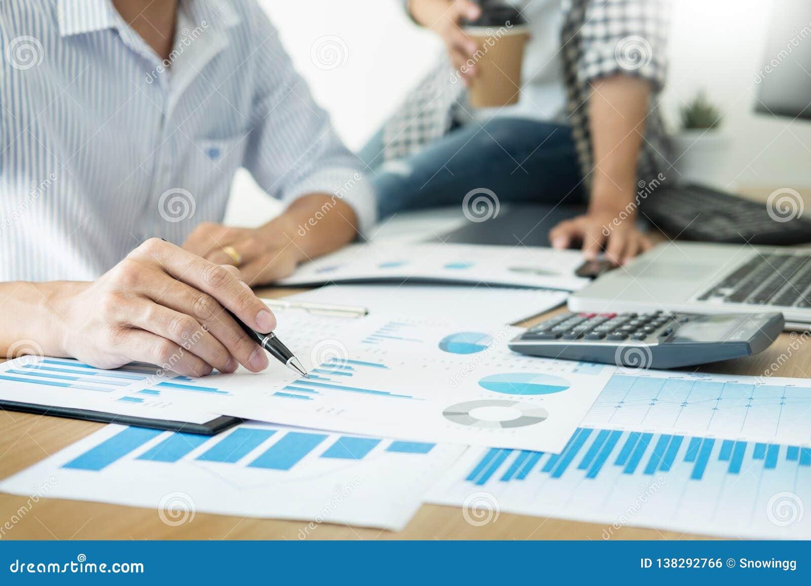 Gente di affari che lavora il grafico di analisi sullo scrittorio alla sala riunioni, concetto di lavoro di squadra di comunicazi