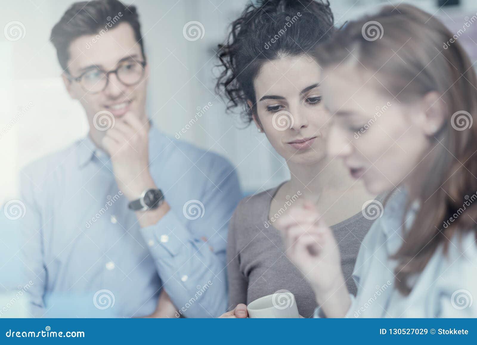 Gente di affari che lavora insieme