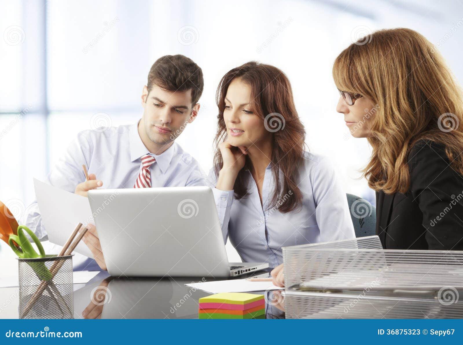 Download Gente Di Affari Che Lavora Nel Gruppo Immagine Stock - Immagine di femmina, bellezza: 36875323