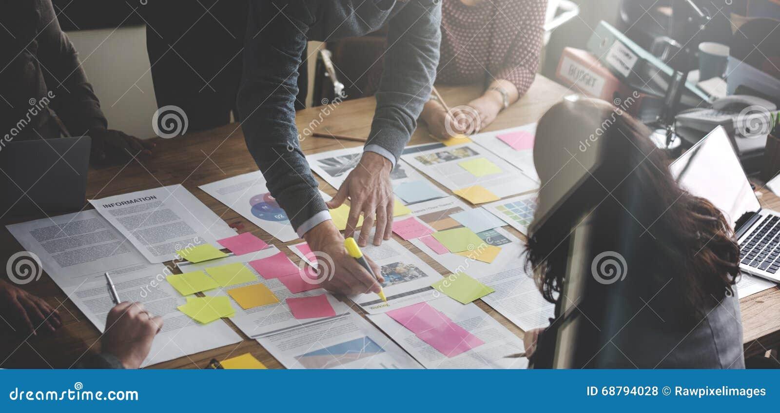 Gente di affari che progetta concetto dell ufficio di analisi di strategia