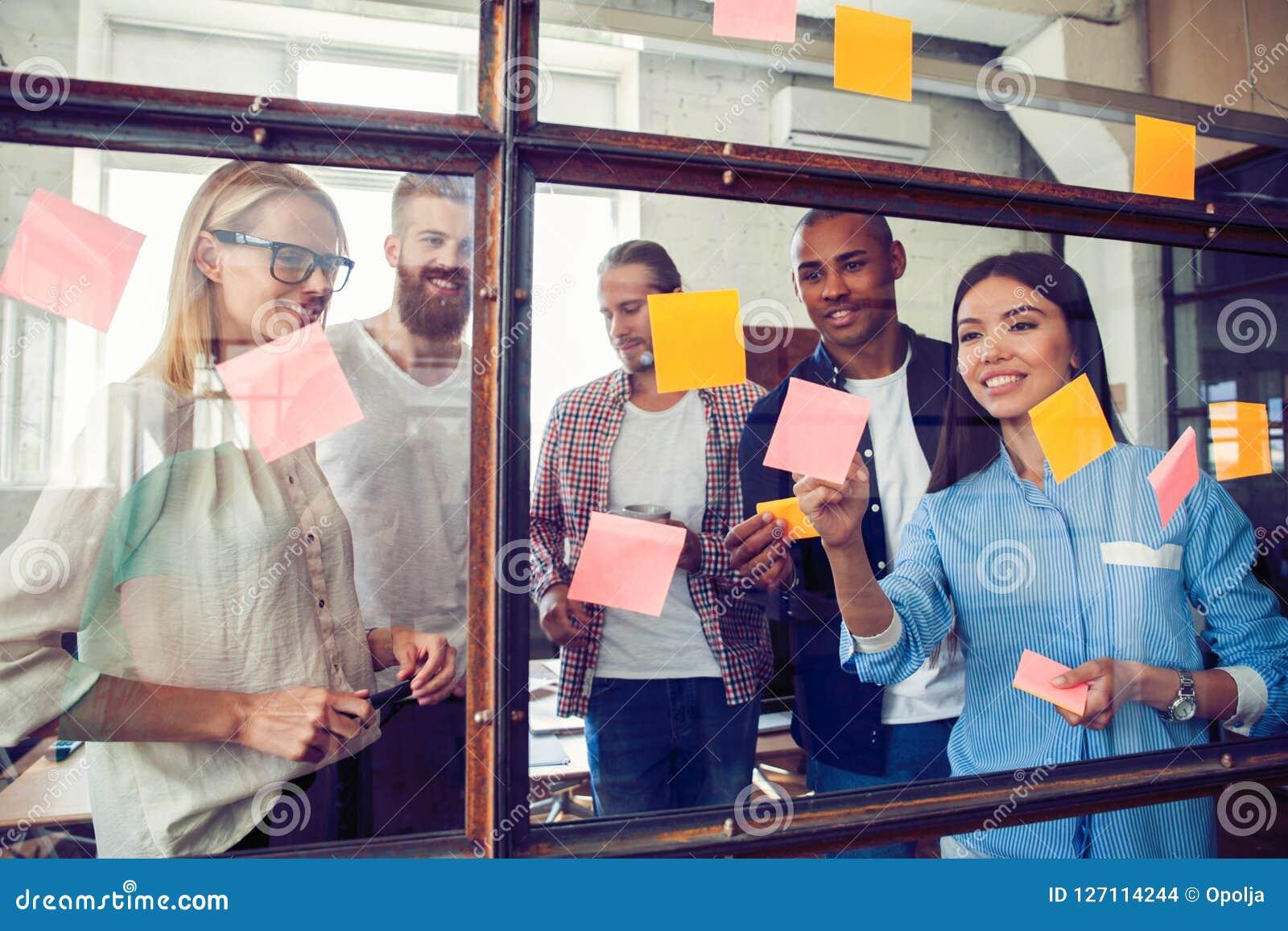 Gente di affari che si incontra alle note di Post-it di uso e dell ufficio per dividere idea Concetto di  brainstorming  Nota app