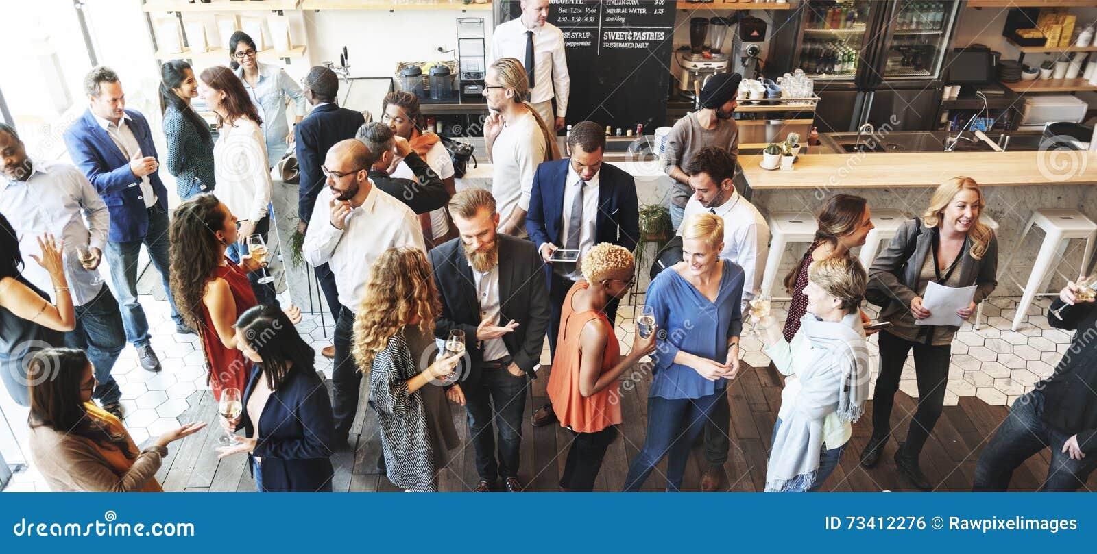 Gente di affari che si incontra mangiando concetto del partito di cucina di discussione