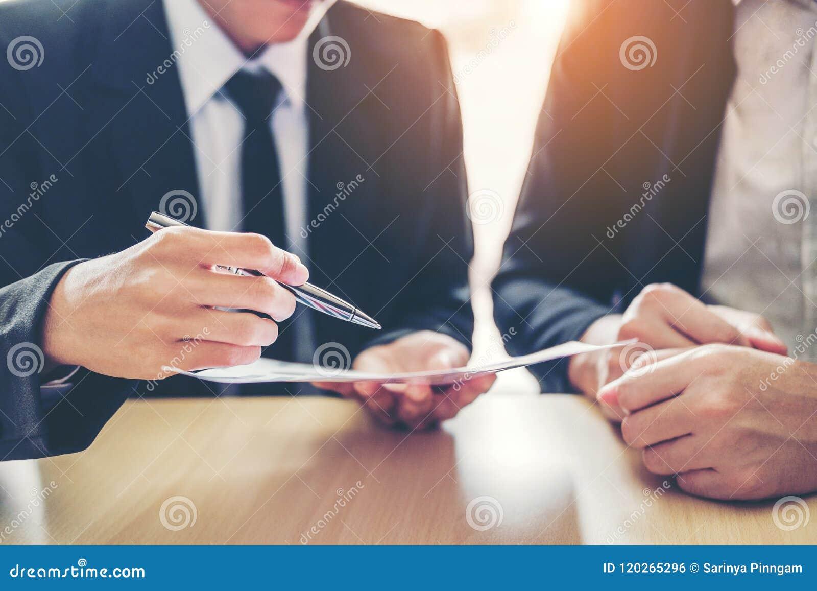 Gente di affari che si incontra negoziando un contratto fra colle due