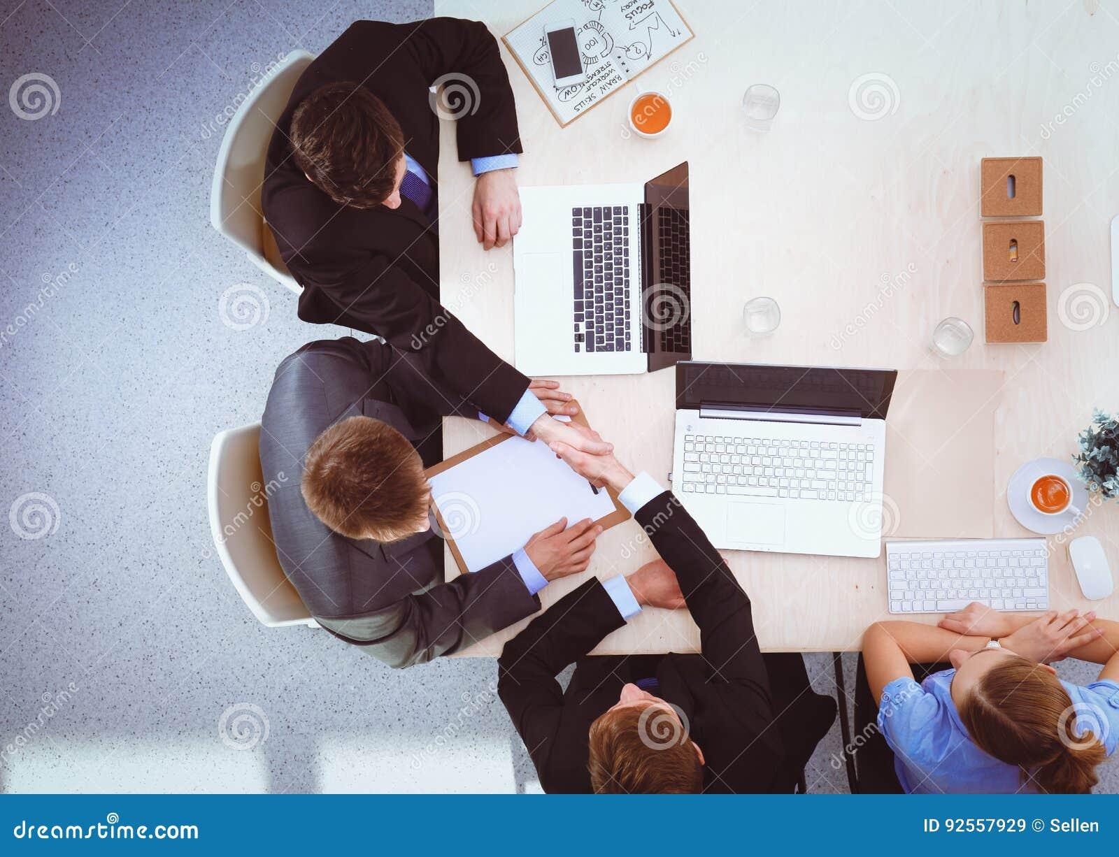 Gente di affari che stringe le mani, finenti su una riunione