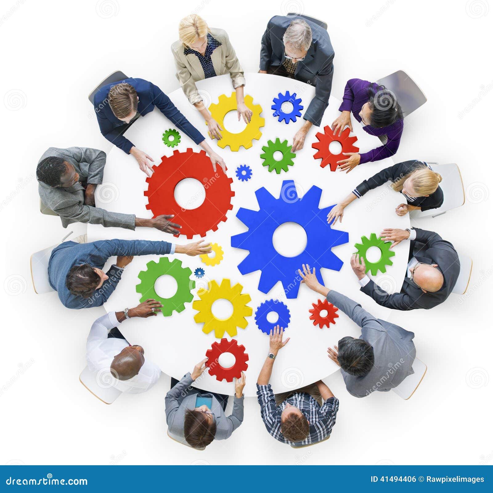 Gente di affari con gli ingranaggi ed il concetto di lavoro di squadra