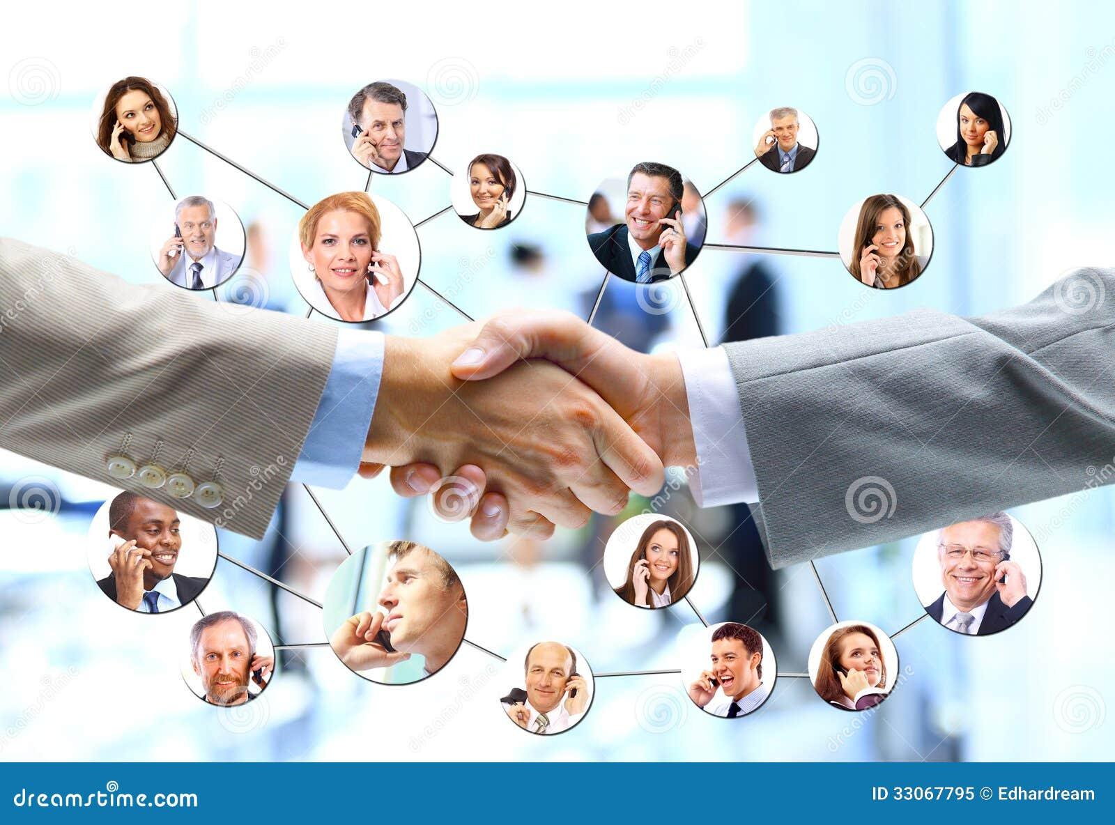Gente di affari della stretta di mano con il gruppo della società