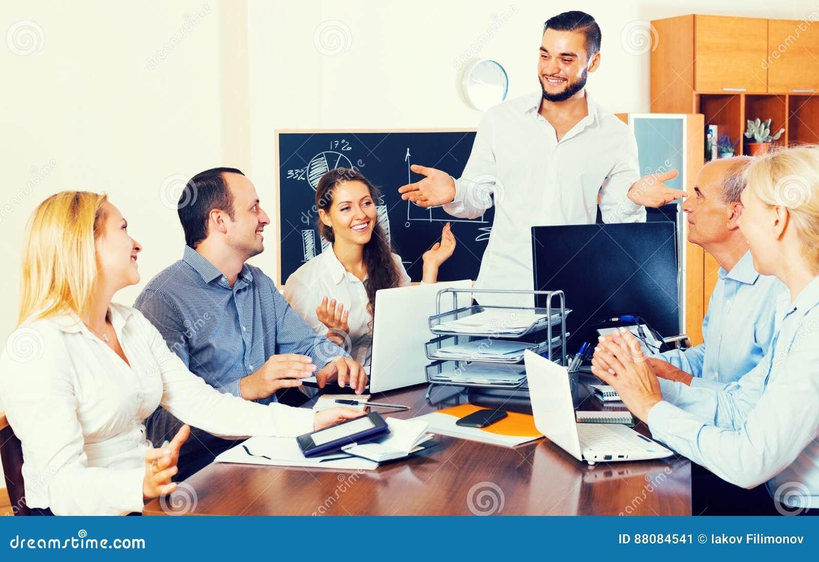 Gente di affari durante la teleconferenza