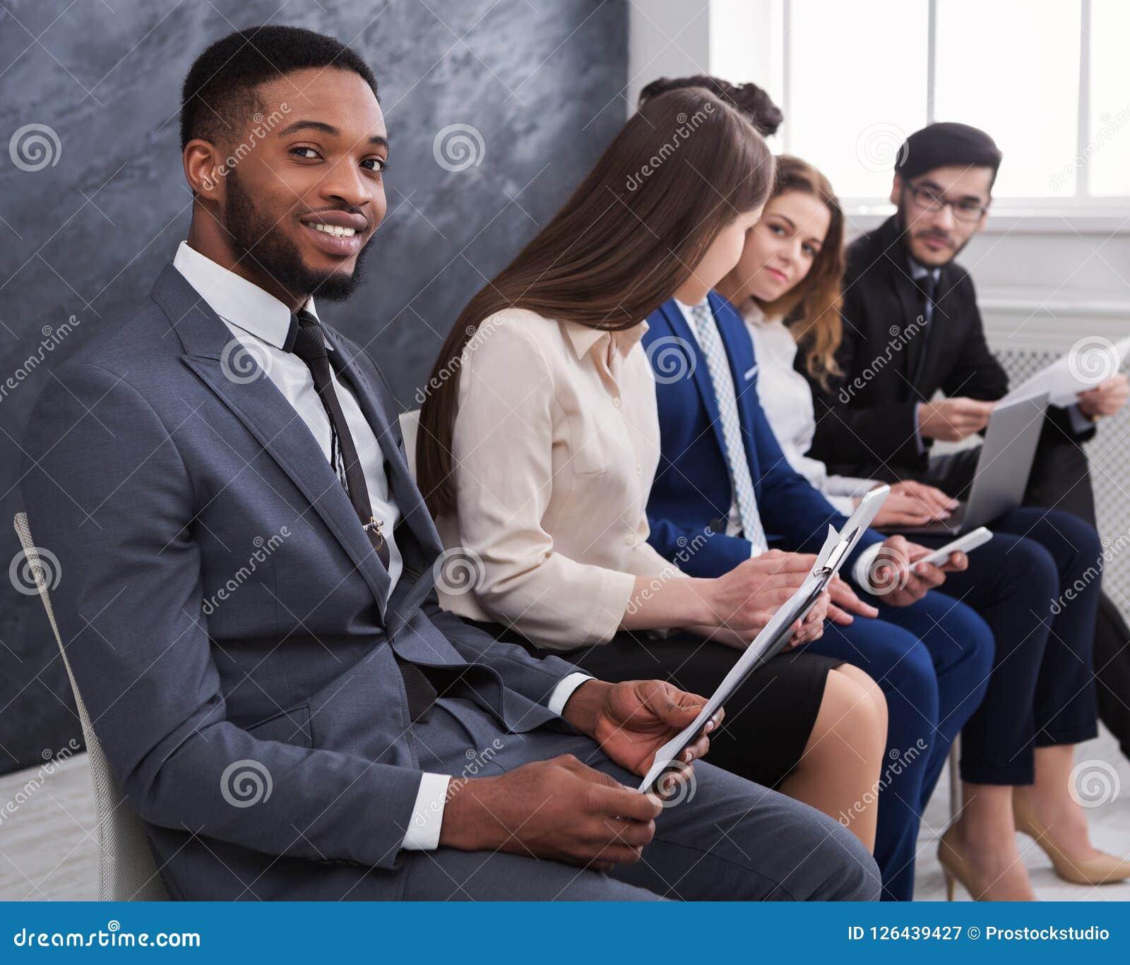 Gente di affari multirazziale che prepara per l intervista di lavoro