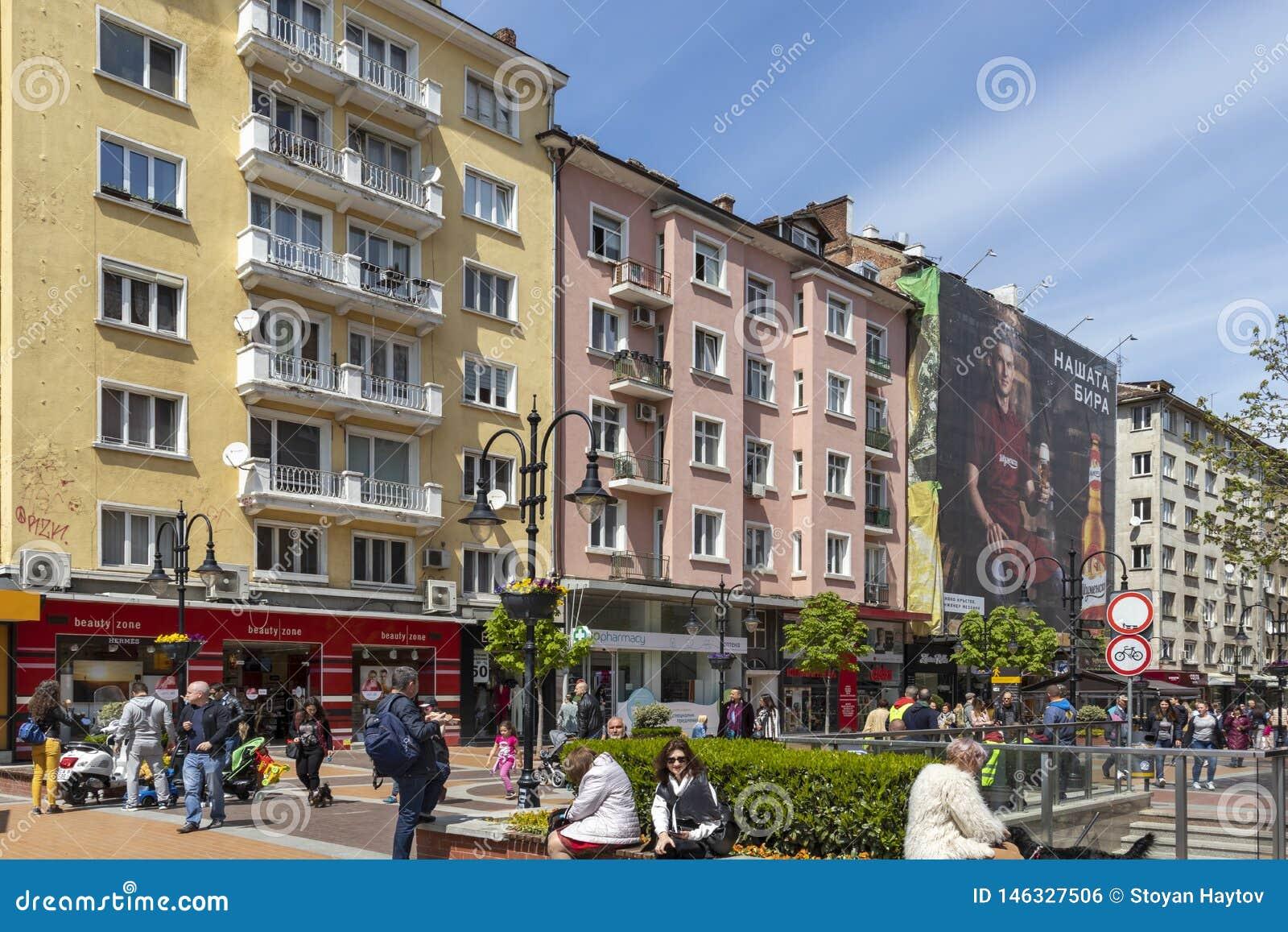 Gente di camminata sul boulevard Vitosha in citt? di Sofia, Bulgaria