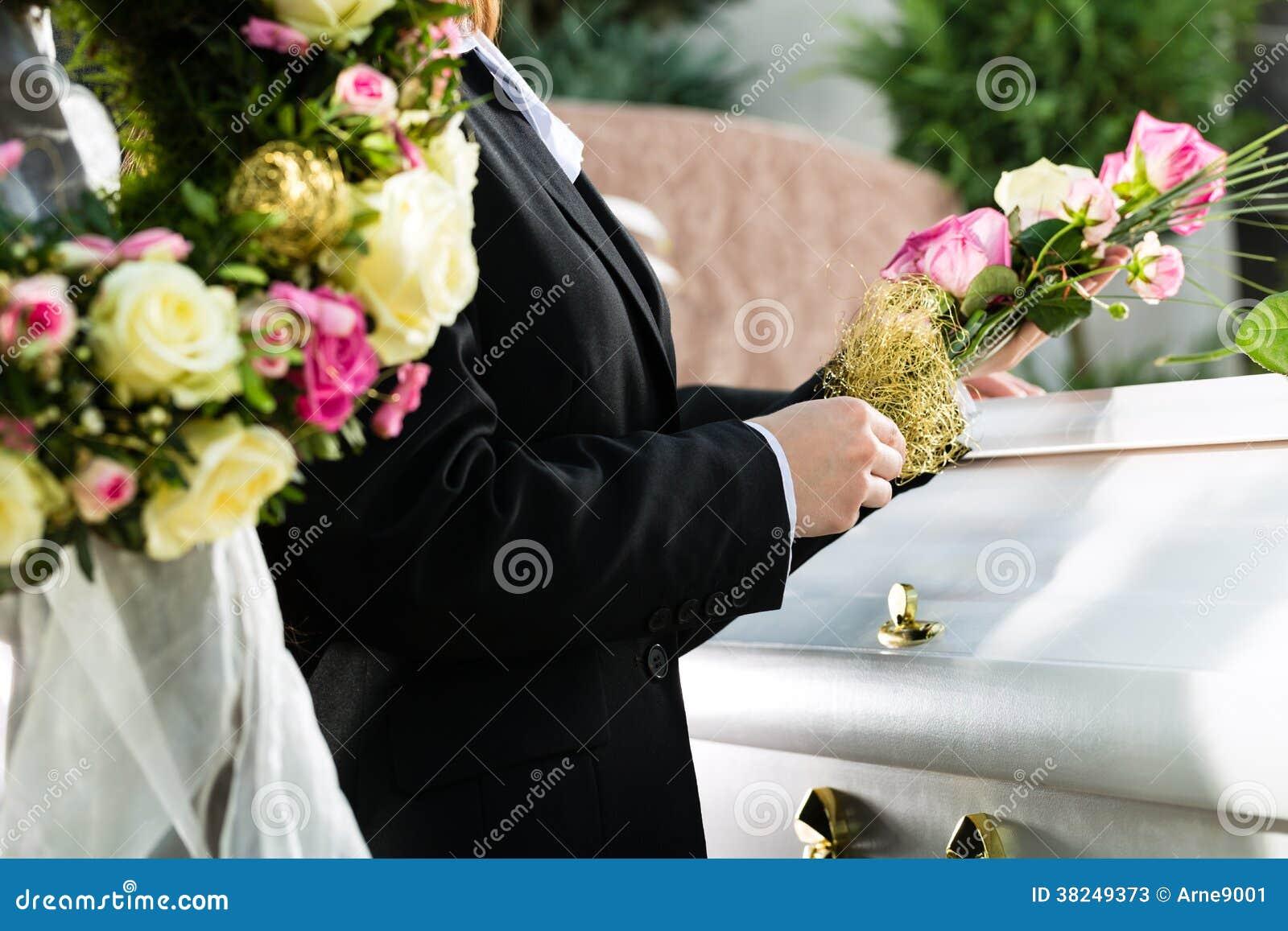 Gente di dolore al funerale con la bara