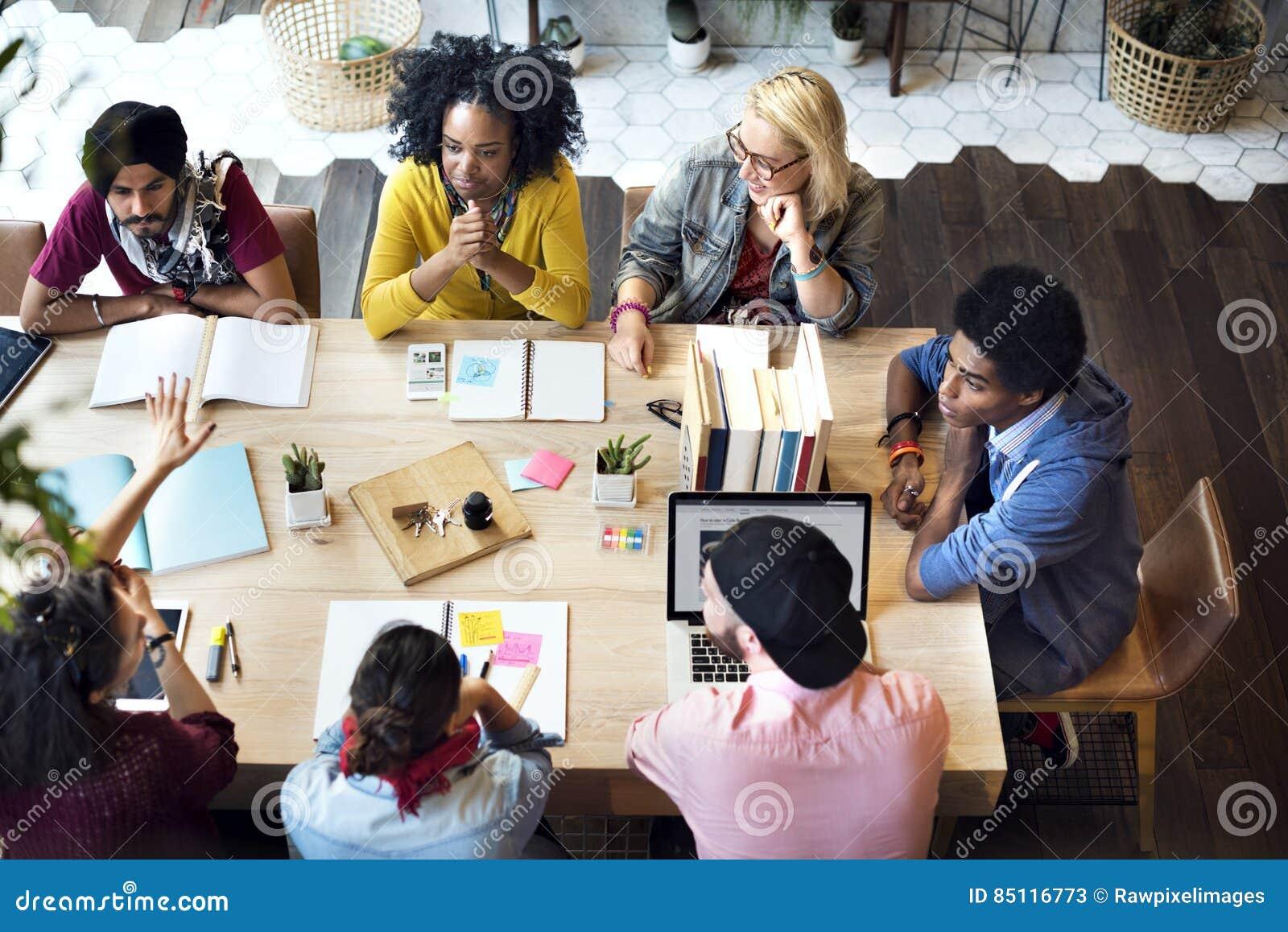 Gente diversa del grupo que trabaja junto concepto