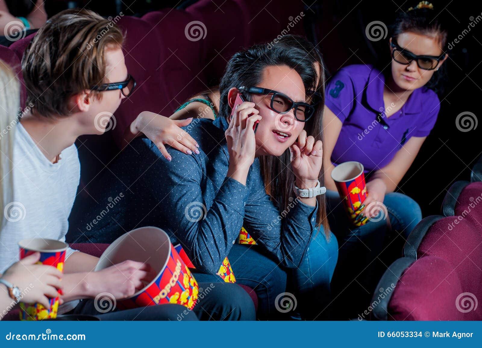 Gente en el cine que lleva los vidrios 3d