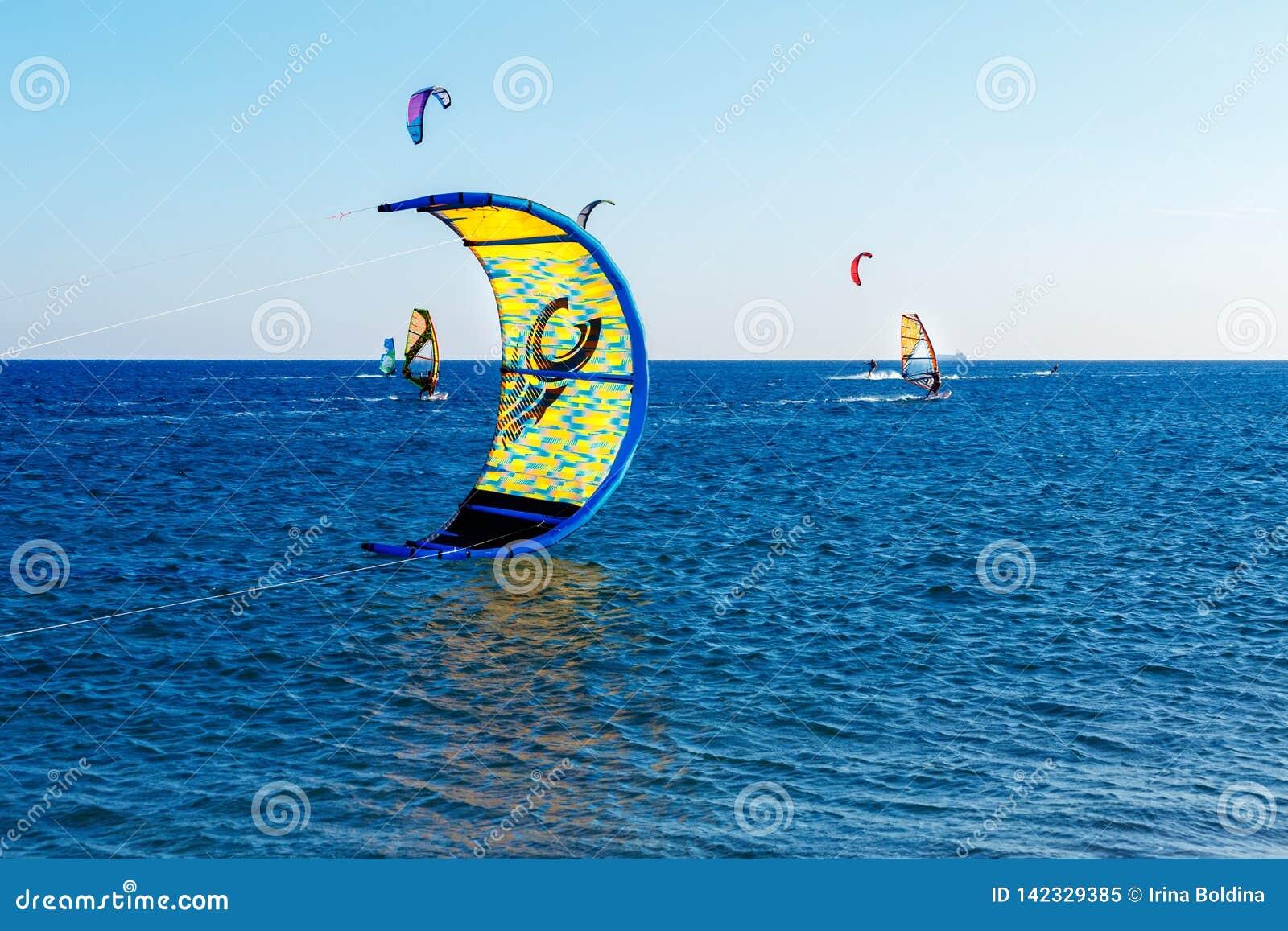 Gente en el mar abierto en un tablero de navegación