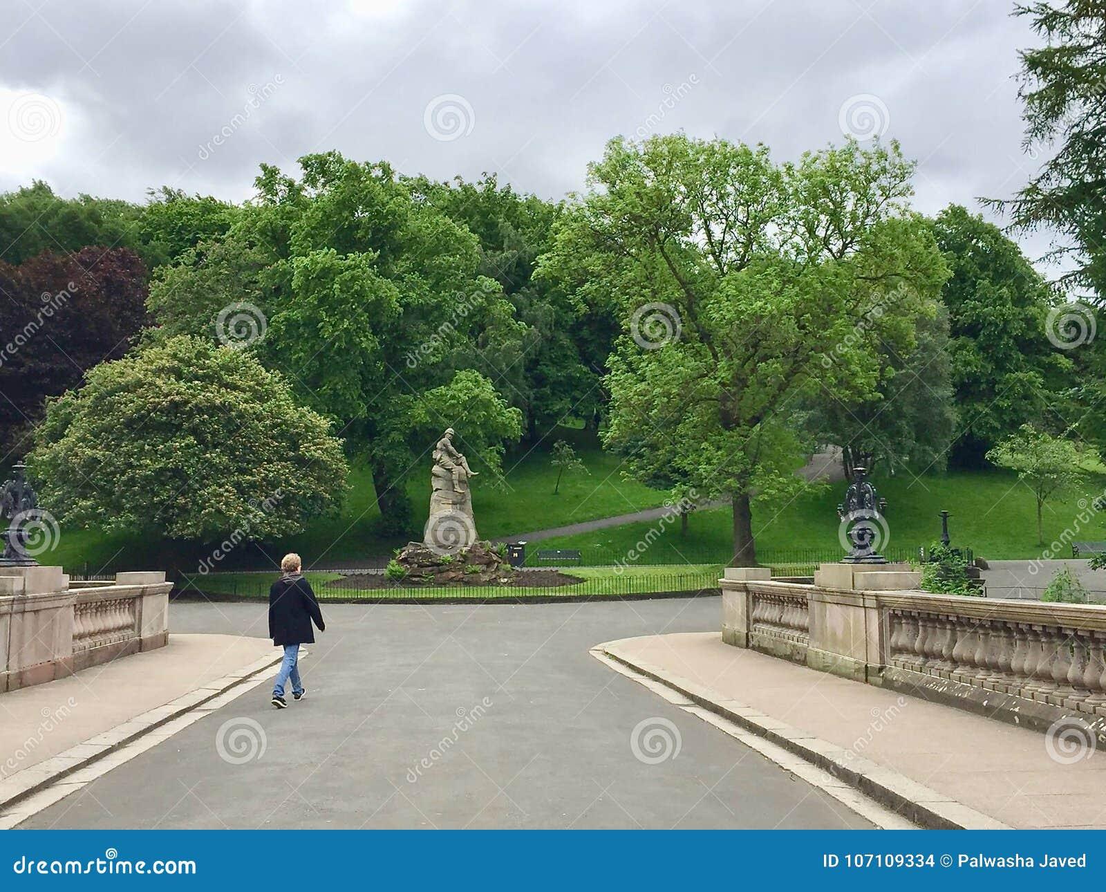 Gente en el parque de Kelvingrove en Glasgow