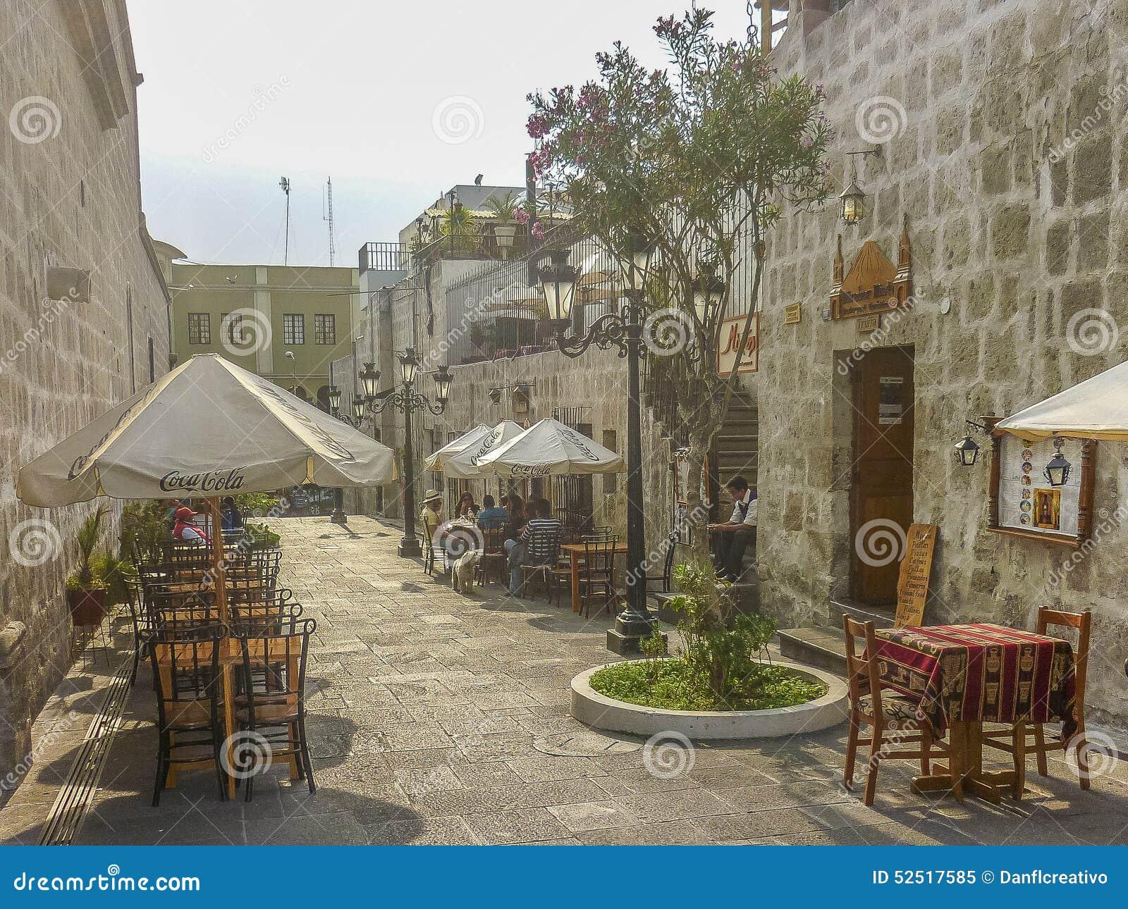 Gente en el restaurante en el centro hist rico de arequipa for Cafe el jardin centro historico