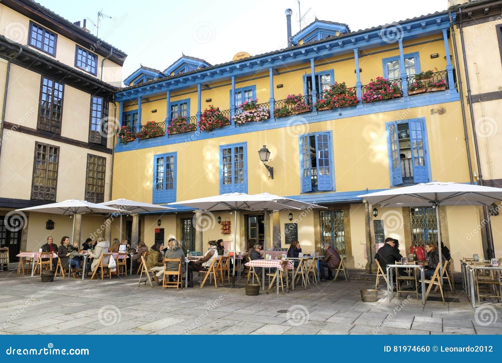 Gente En El Restaurante Oviedo España Imagen Editorial