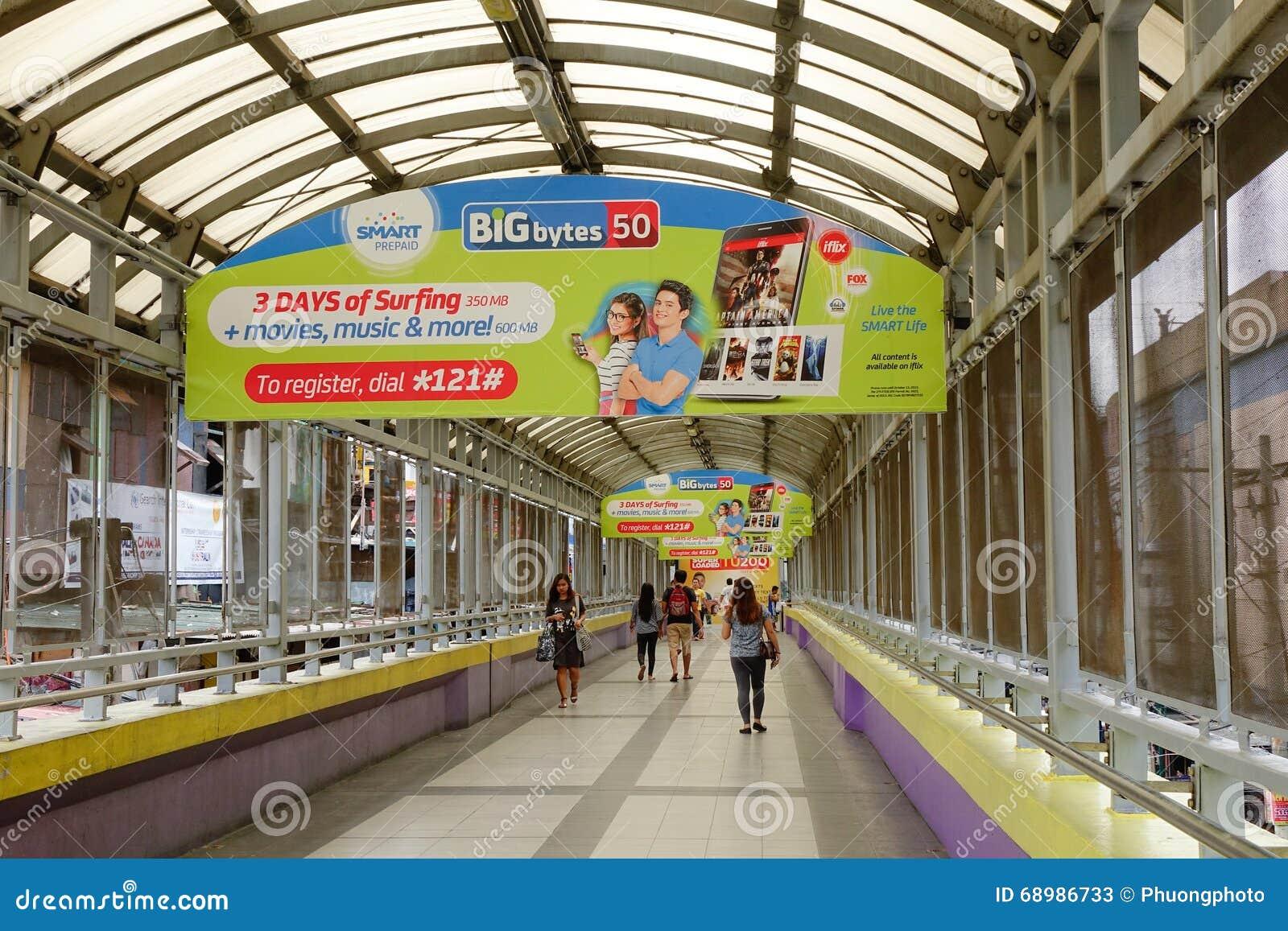 Gente en la estación de metro en Manila, Filipinas