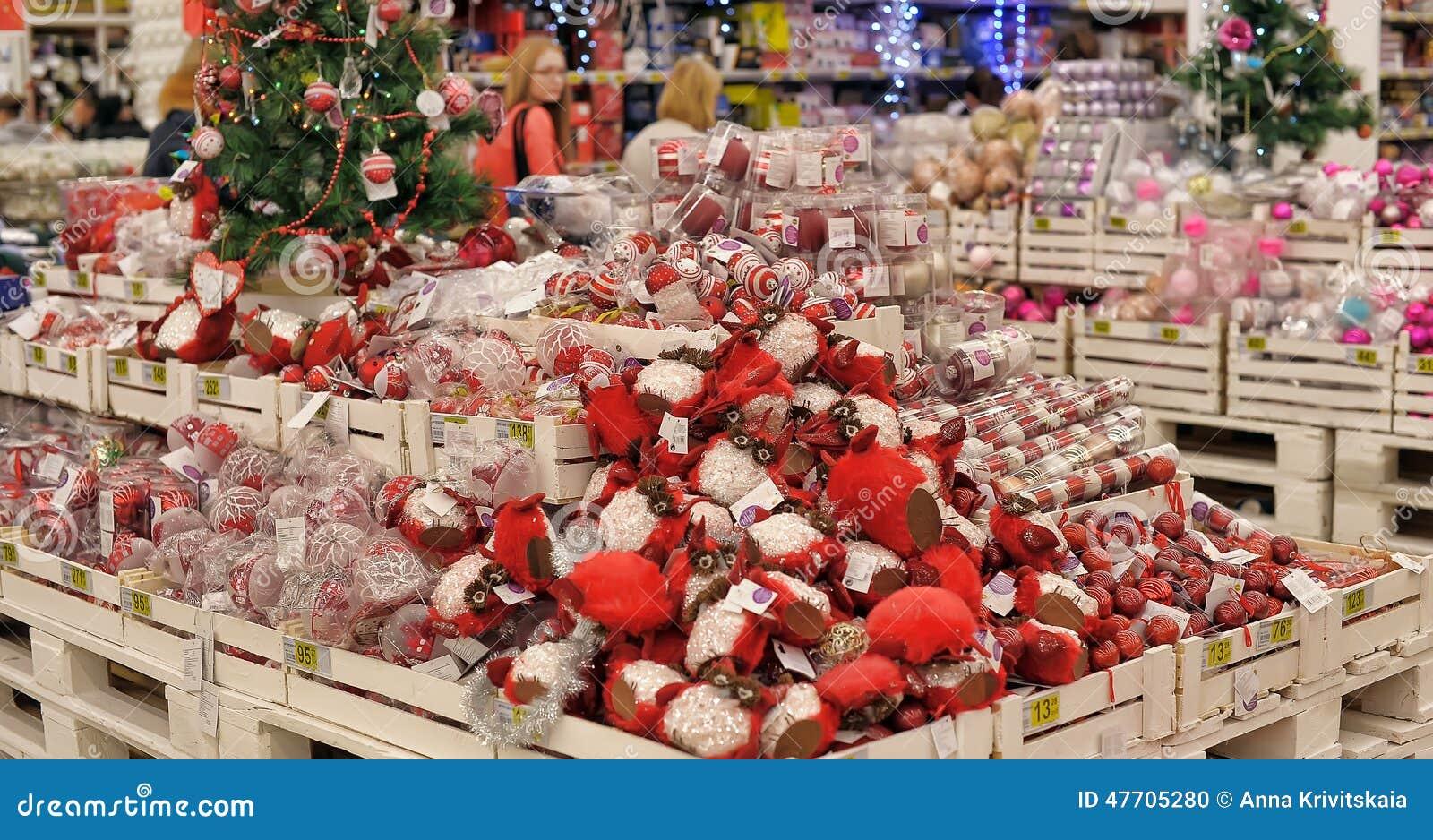 Gente En La Tienda Para Comprar Decoraciones De La Navidad