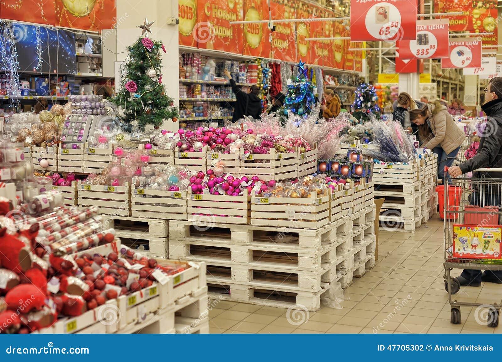 Gente en la tienda para comprar decoraciones de la navidad fotograf a editorial imagen de - Tiendas de decoracion de casa ...