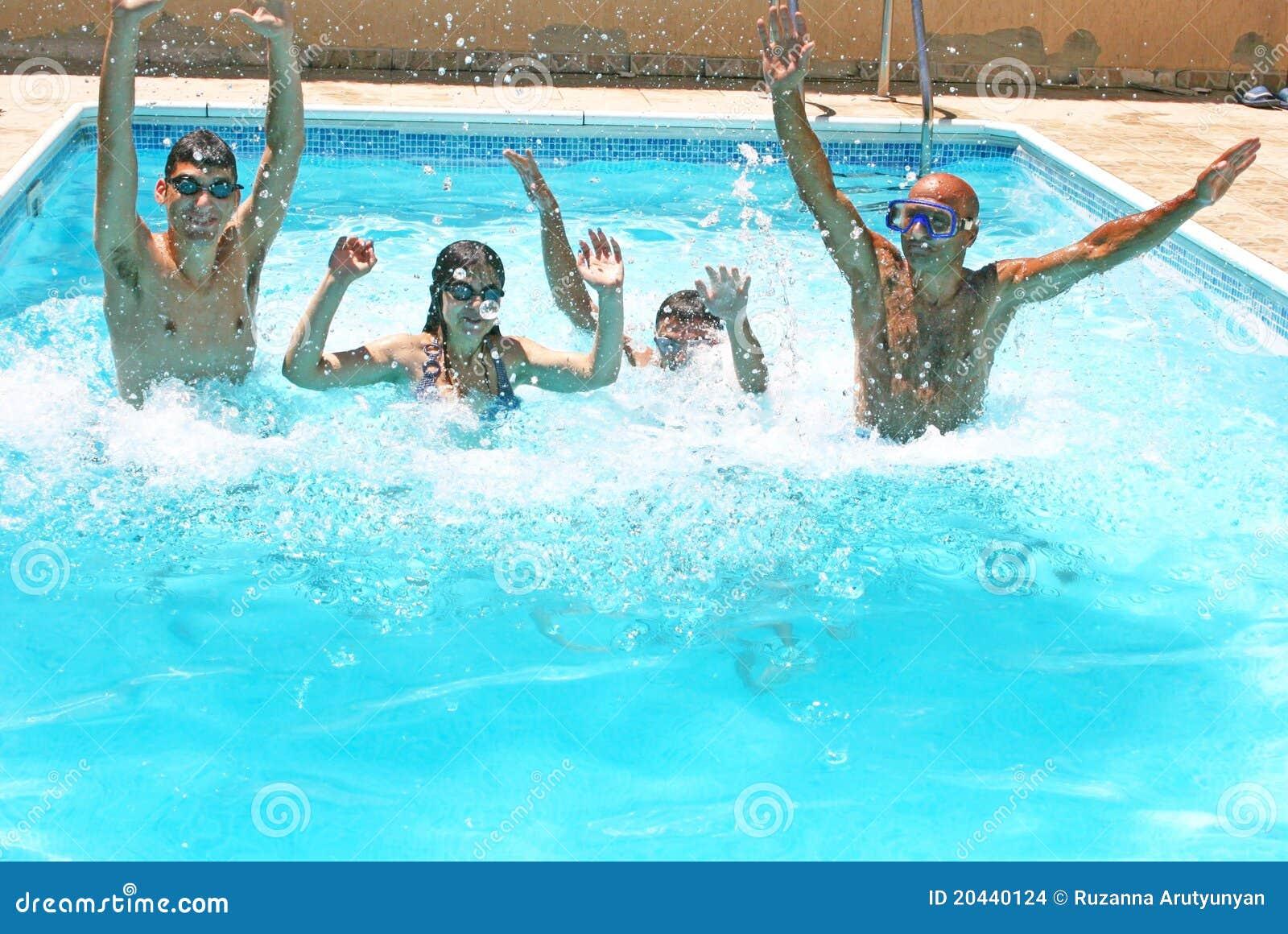 Gente en piscina imagenes de archivo imagen 20440124 for Piscina z