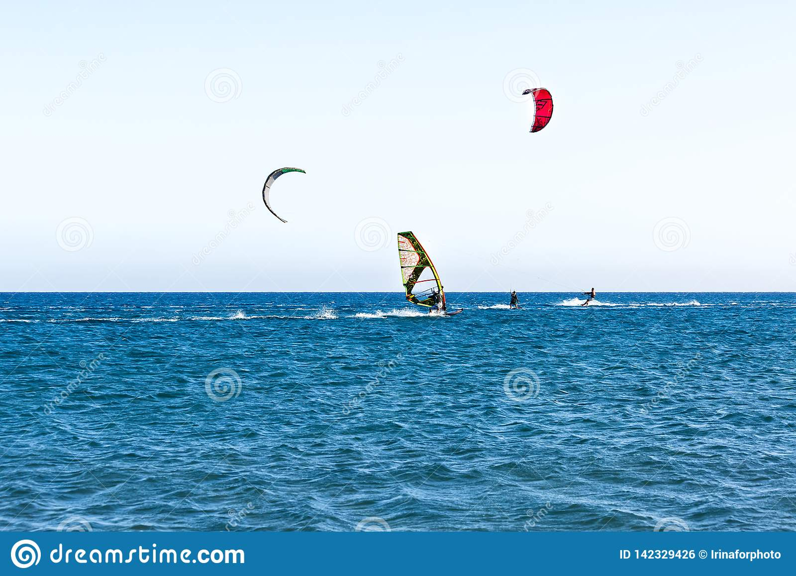 Gente en practicar surf del tablero de navegación